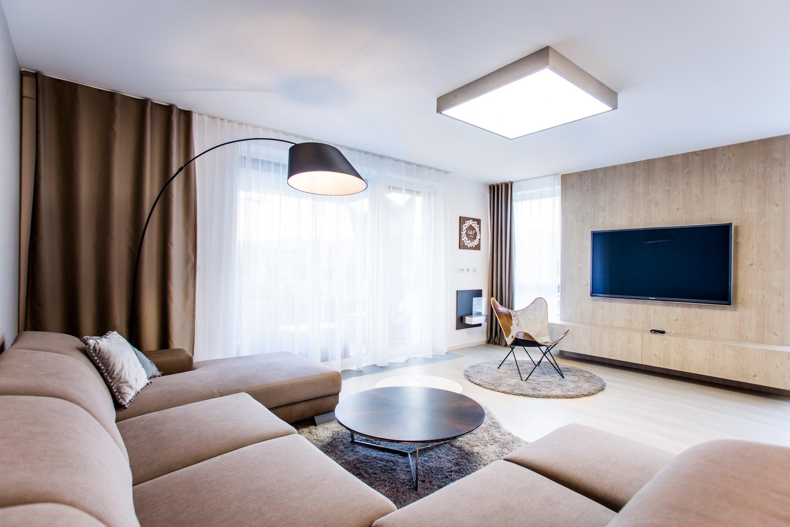 Moderní minimalistický interiér, pozrite si fotografie 4-izbového bytu v Banskej Bystrici, ktorý vznikol výnimočnou spoluprácou klienta s citom pre detail a…