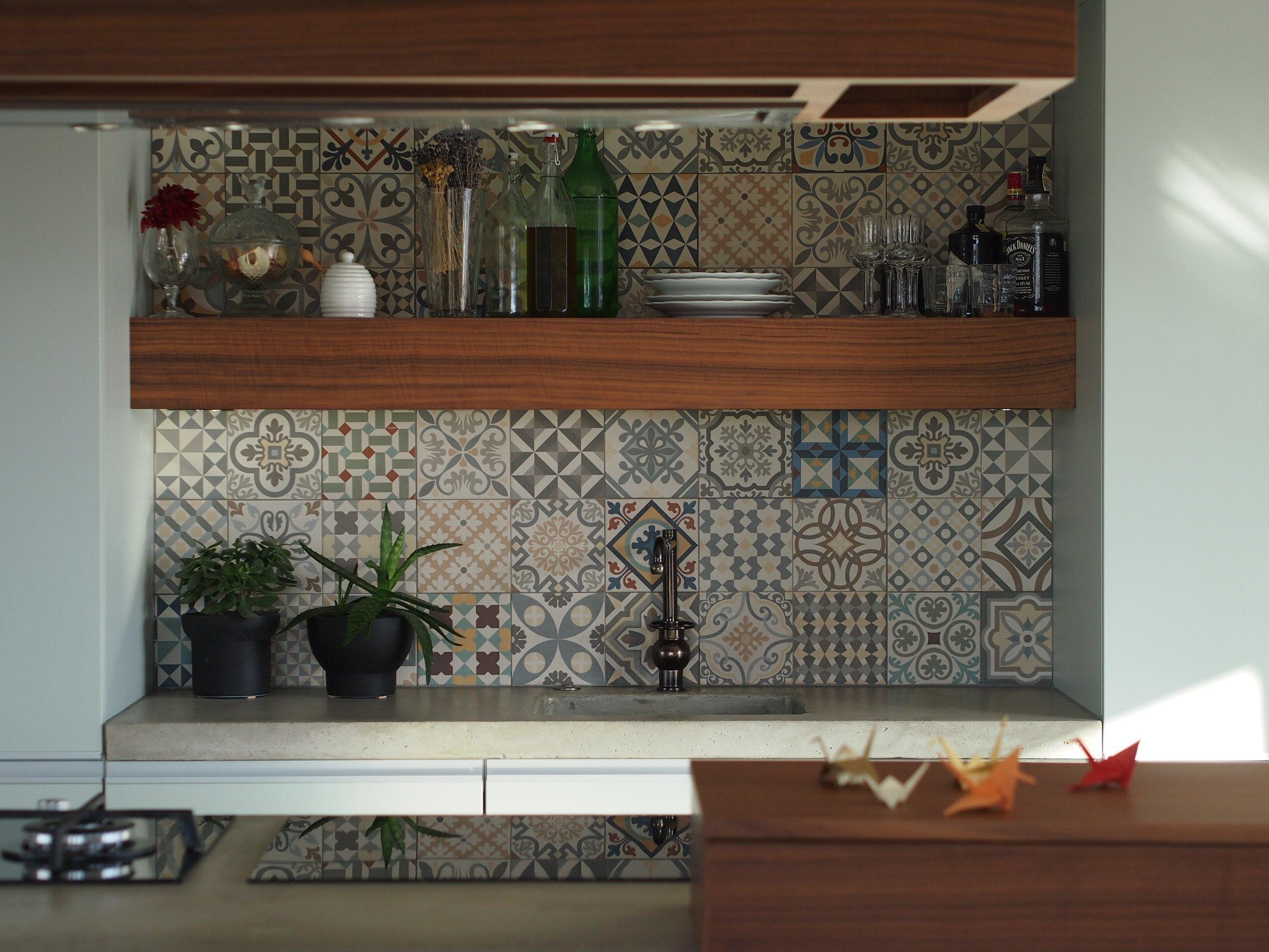 Odvaha majitele kombinovat zdánlivě nezkombinovatelné dala vzniknout moderní a zároveň osobité kuchyni. Obklad ve španělském stylu, červená barva podtrhující…
