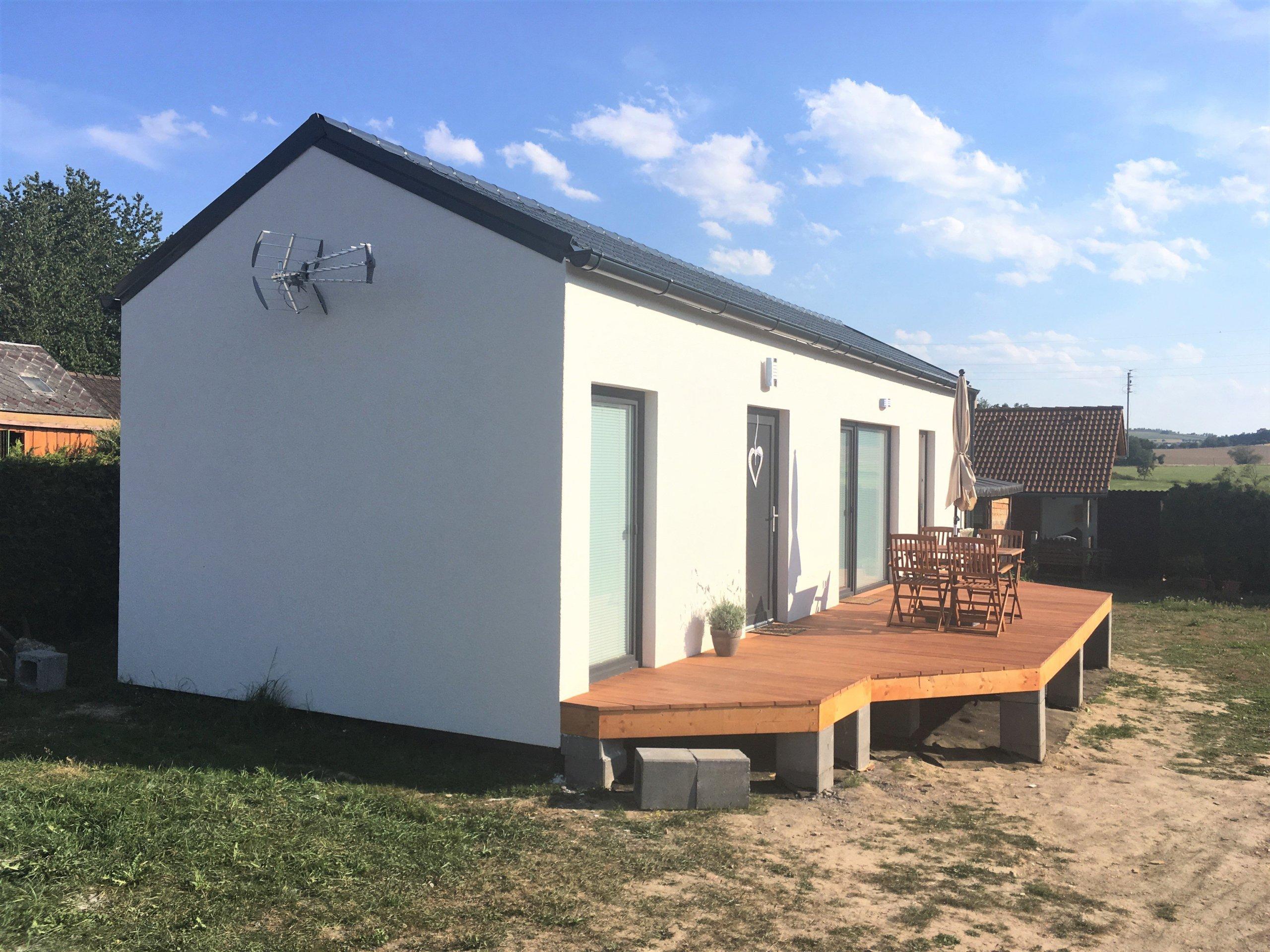 Na Domažlicku jsme letos postavili typovou dřevostavbu EASY 48 o půdoryse 12x4m v moderní kombinaci antracitových oken a střechy a bílé fasády, kterou…