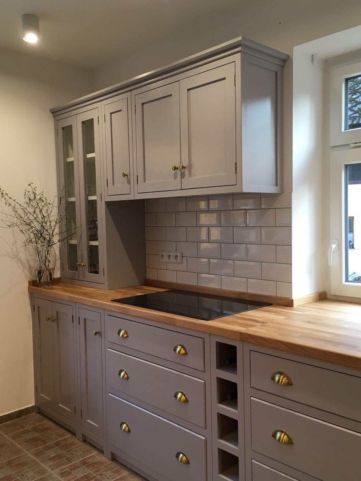 Pro našeho klienta jsme navrhli a vyrobili kuchyni v anglickém stylu. Kuchyně je ručněvyrobena z masivního tvrdého dřeva a ručně natřena. Pracovní deska…