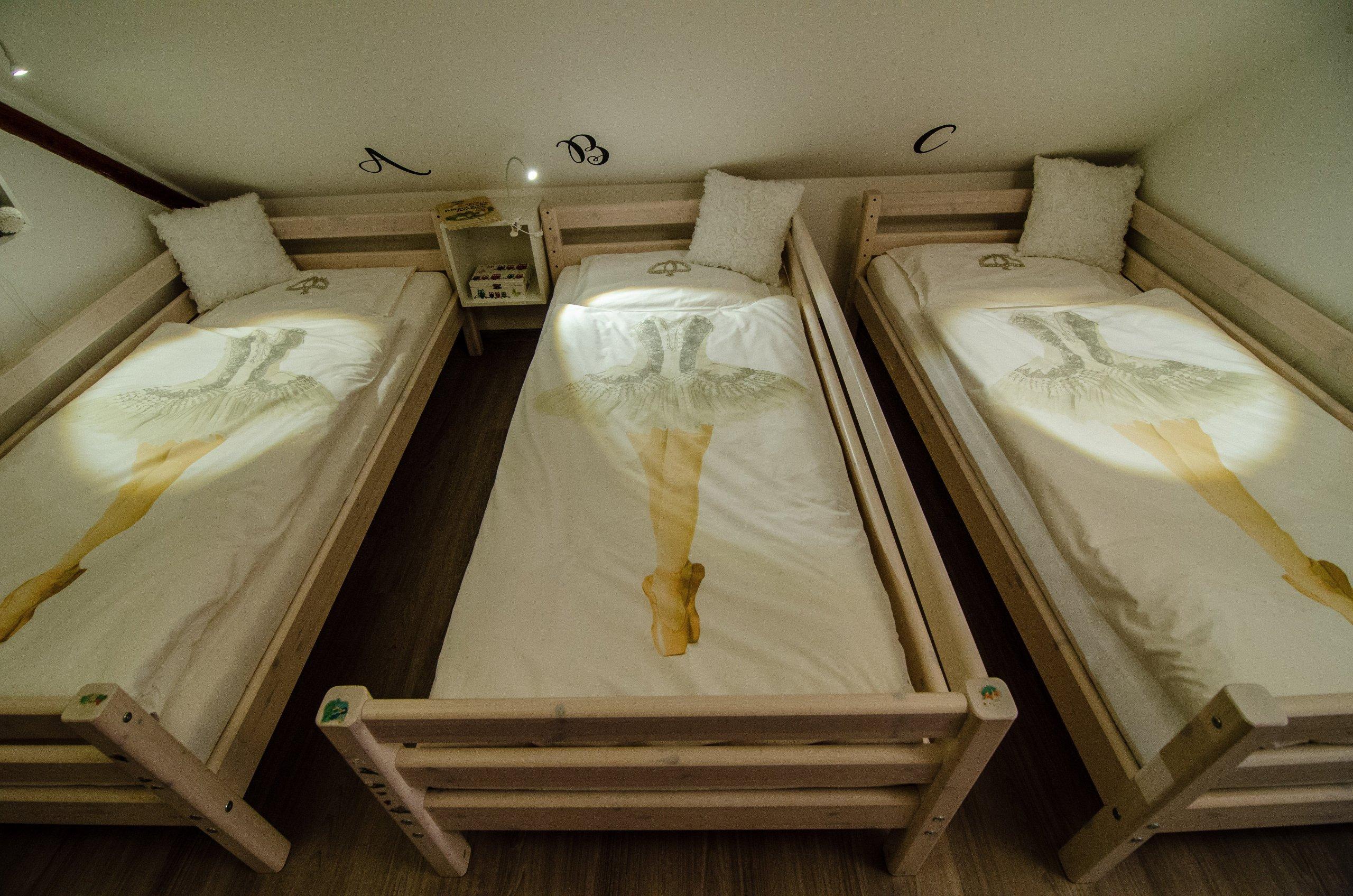 Holčičky měly dostat pokojíček jako překvapení k sedmým narozeninám, těsně před nástupem do školy.