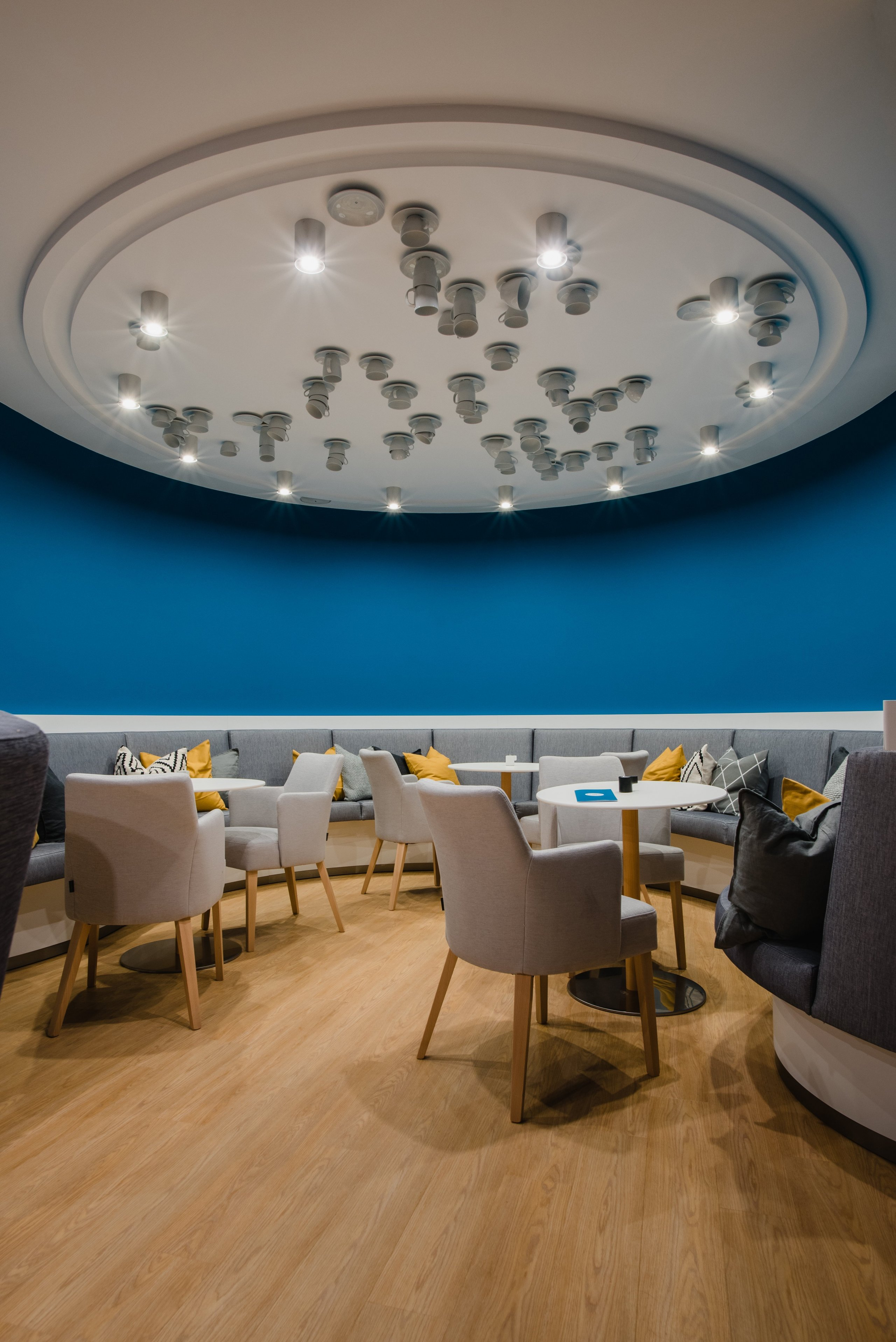 Cieľom bolo vytvoriť jedinečný aoriginálny interiér kaviarne vškandinávskom štýle podľa požiadaviek investorov spoužitím modrej petrolejovej…