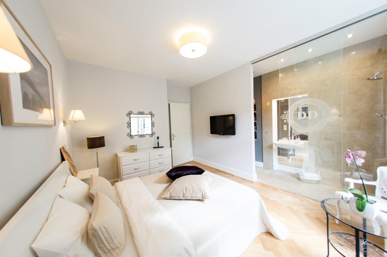 Kompletní rekonstrukce, řešení nové koupelny jako součást ložnice v rodinném domě.
