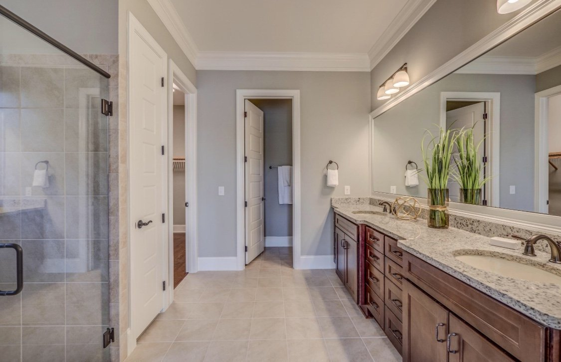 Instalace podlahových a stropních list, panelové zdi, knihovny, krbová obložka, koupelna lišty a zrcadla