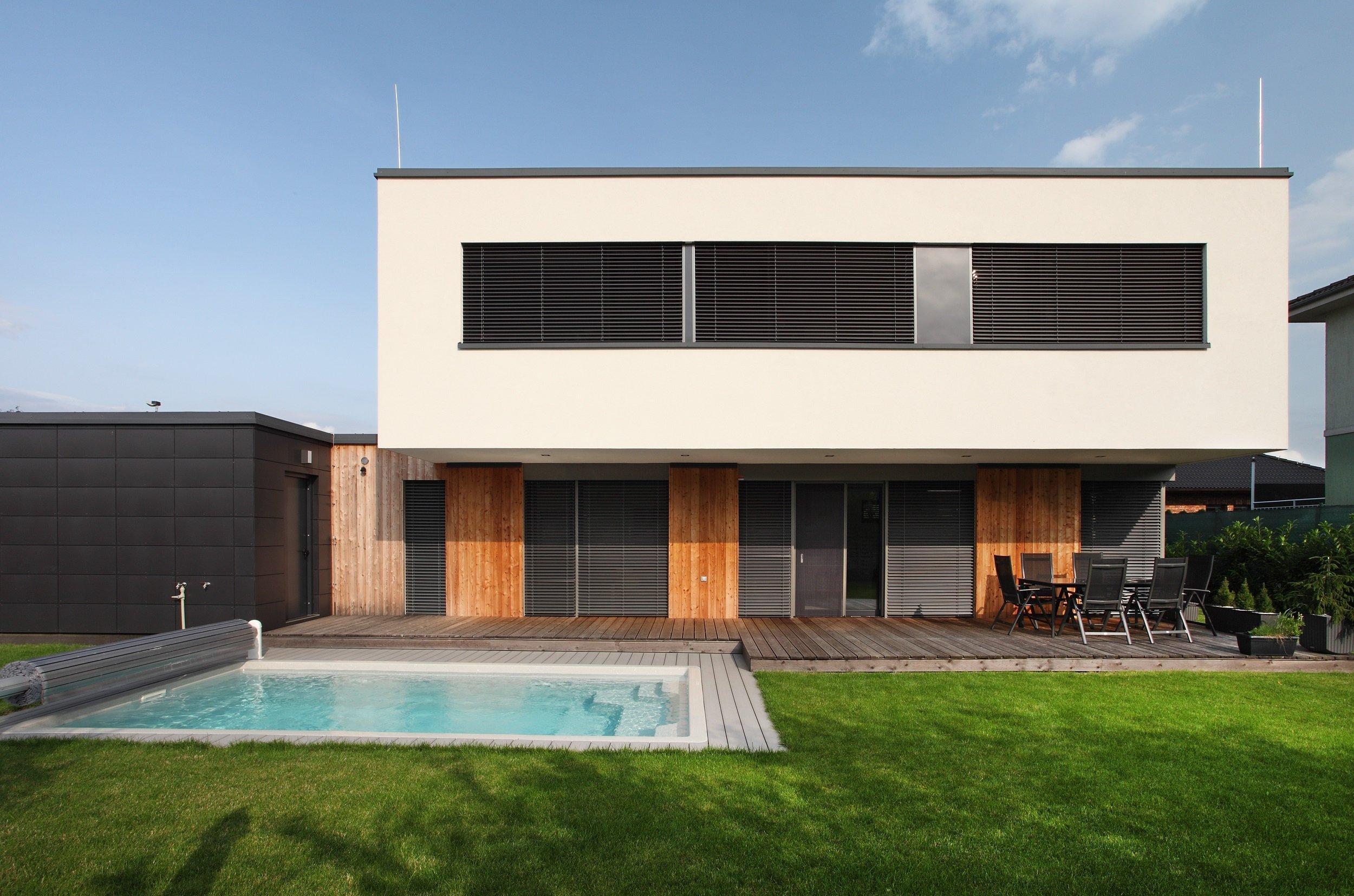 Moderní městský dům v pražské čtvrti Újezd nad Lesy je domovem mladé čtyřčlenné rodiny se dvěma malými dětmi. Investoři měli o svém bydlení od začátku jasnou…