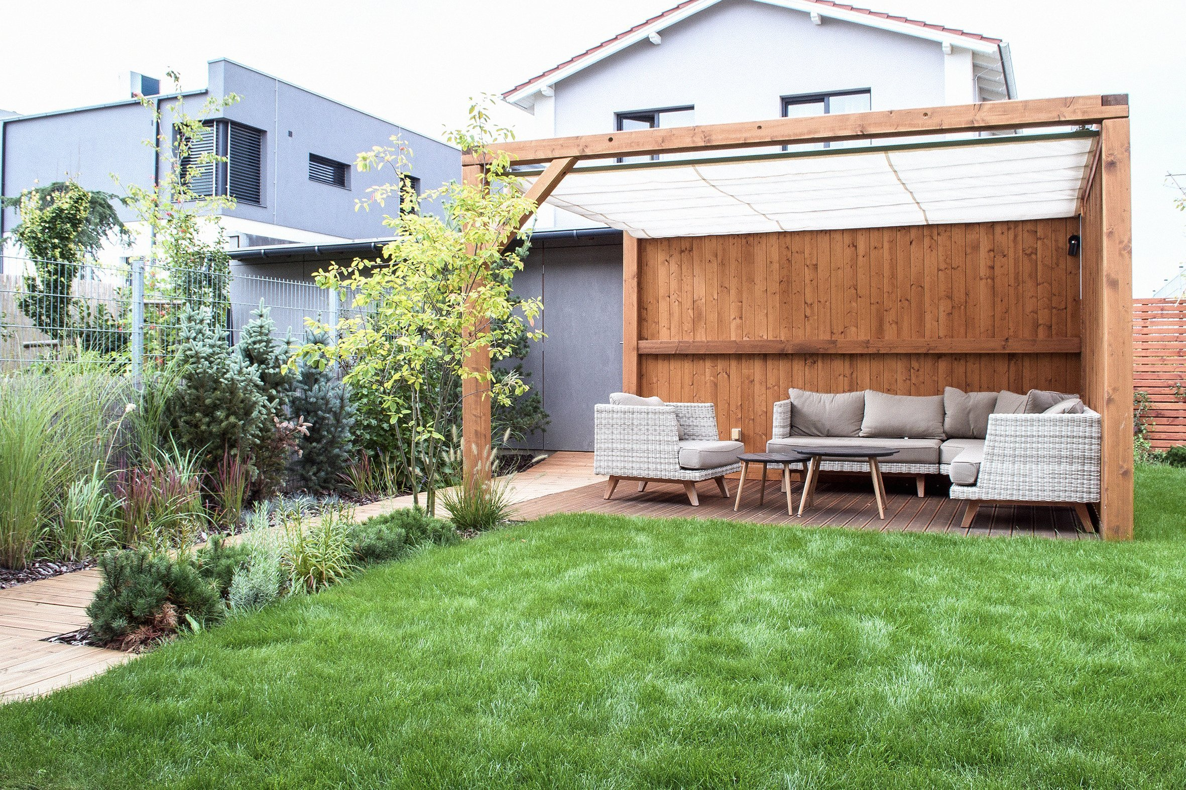 Malý prostor zahrady a její lokalizace mezi bytovou zástavbou má velký vliv na koncept zahrady.Návrh zahrady v Prazeje založen na jednoduchých…