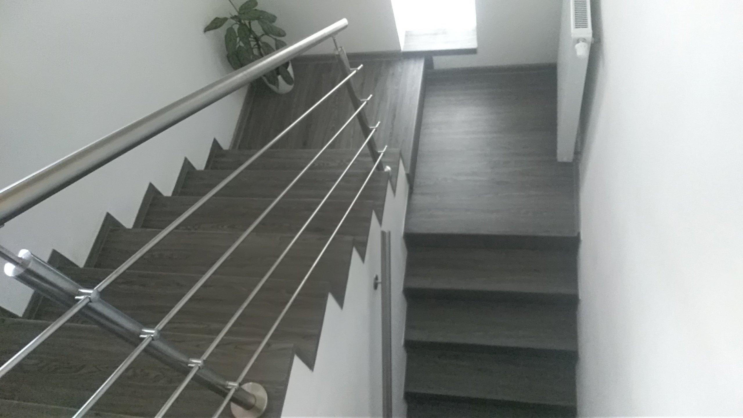 Ukázka realizace vinylových schodů Bukoma. Použitá vinylová podlaha pro výrobu je BUKOMA CLICK dekor Dub Urban. Hrany schodů jsou řešeny speciálním ohybem…