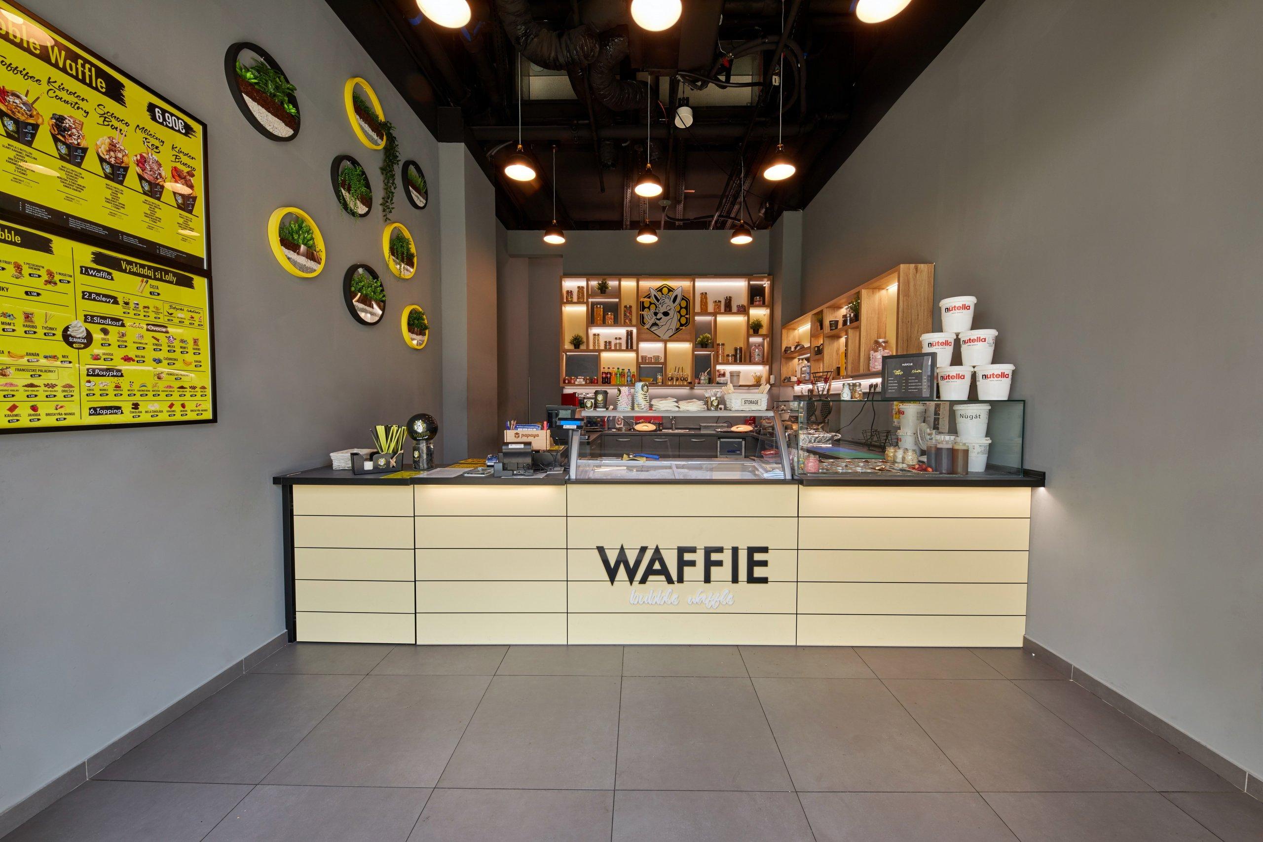 Zrealizovaný projekt prevádzkyWaffiev nákupnom centre Eurovea v Bratislave. Kontrastné farebné kombinácie, doplnky, osvetlenie a samotné wafle…