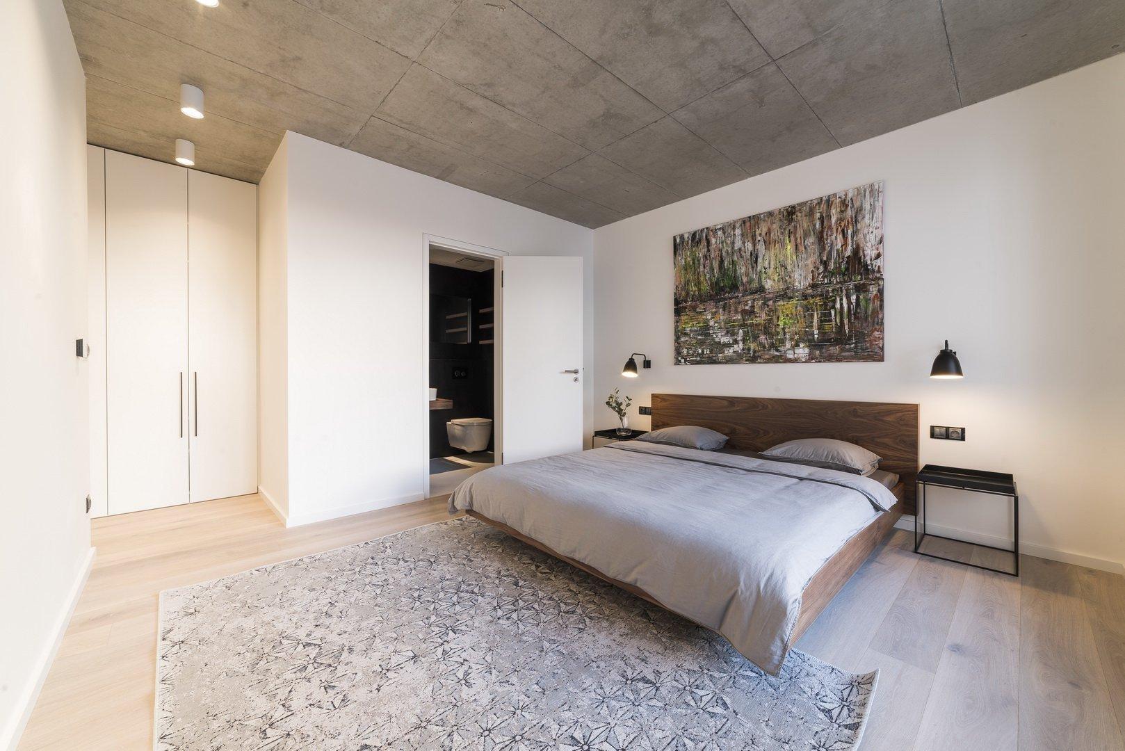 Realizace apartmánuje součástí návrhu interiéru bytového domu v centru Prahy.Návrh pracuje s podstatou samotné stavby a její železobetonové…