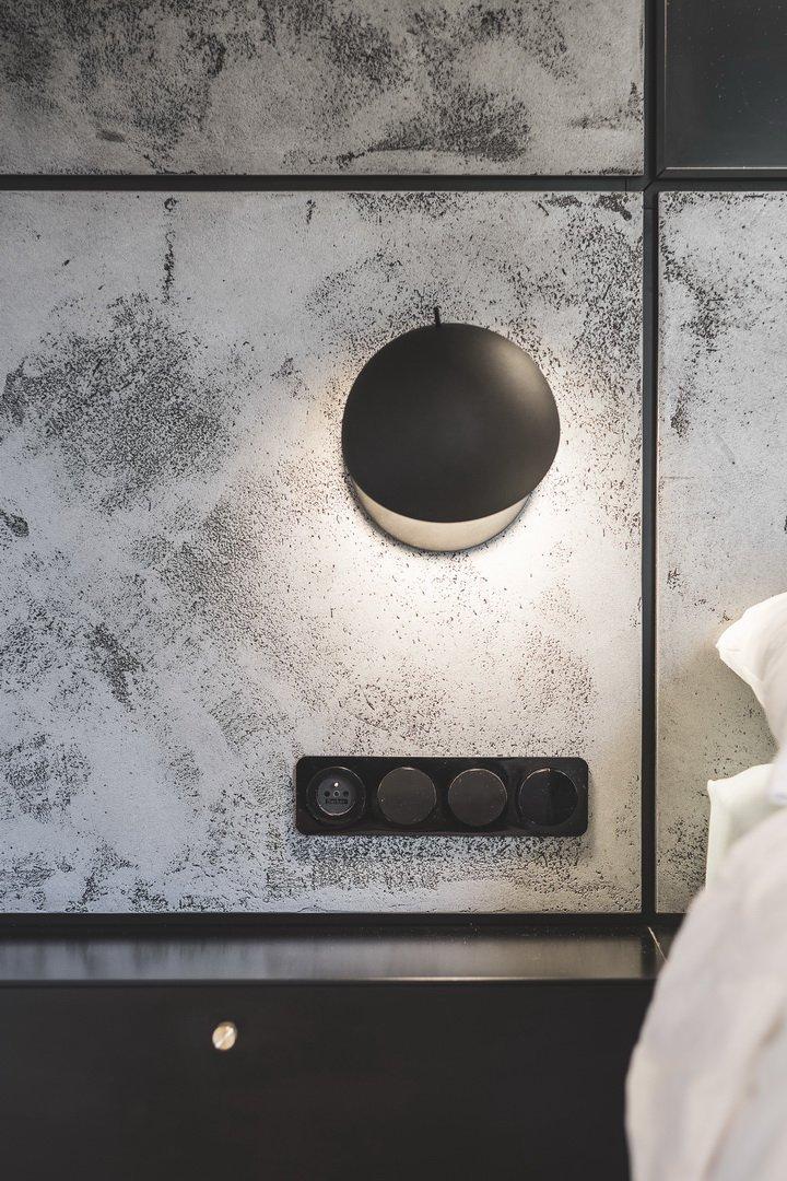 Specifická dispozice a nepravidelnost bytu, dala vzniknout novým konceptům řešení kuchyně. Hlavní devizou bytu je výhled, tedy bylo stěžejní všechny části…