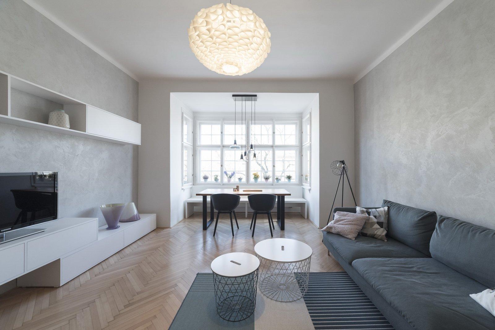 Byt v klasické činžovní zástavbě starých Holešovic je specifický svými prosklenými plochami. V návrhu byla zachována původní dispozice bytu, která je typická…