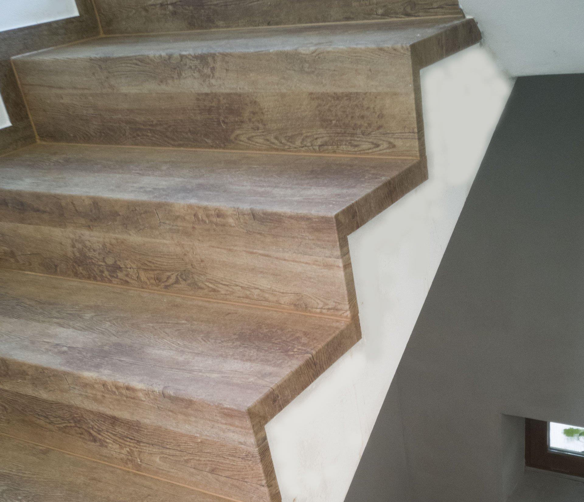 Hrana schodu mezi nášlapem a čelem je řešena ohybem s větším rádiusem, dále za povšimnutí stojí řešení bočních ohybů směřujících do otevřeného prostoru.