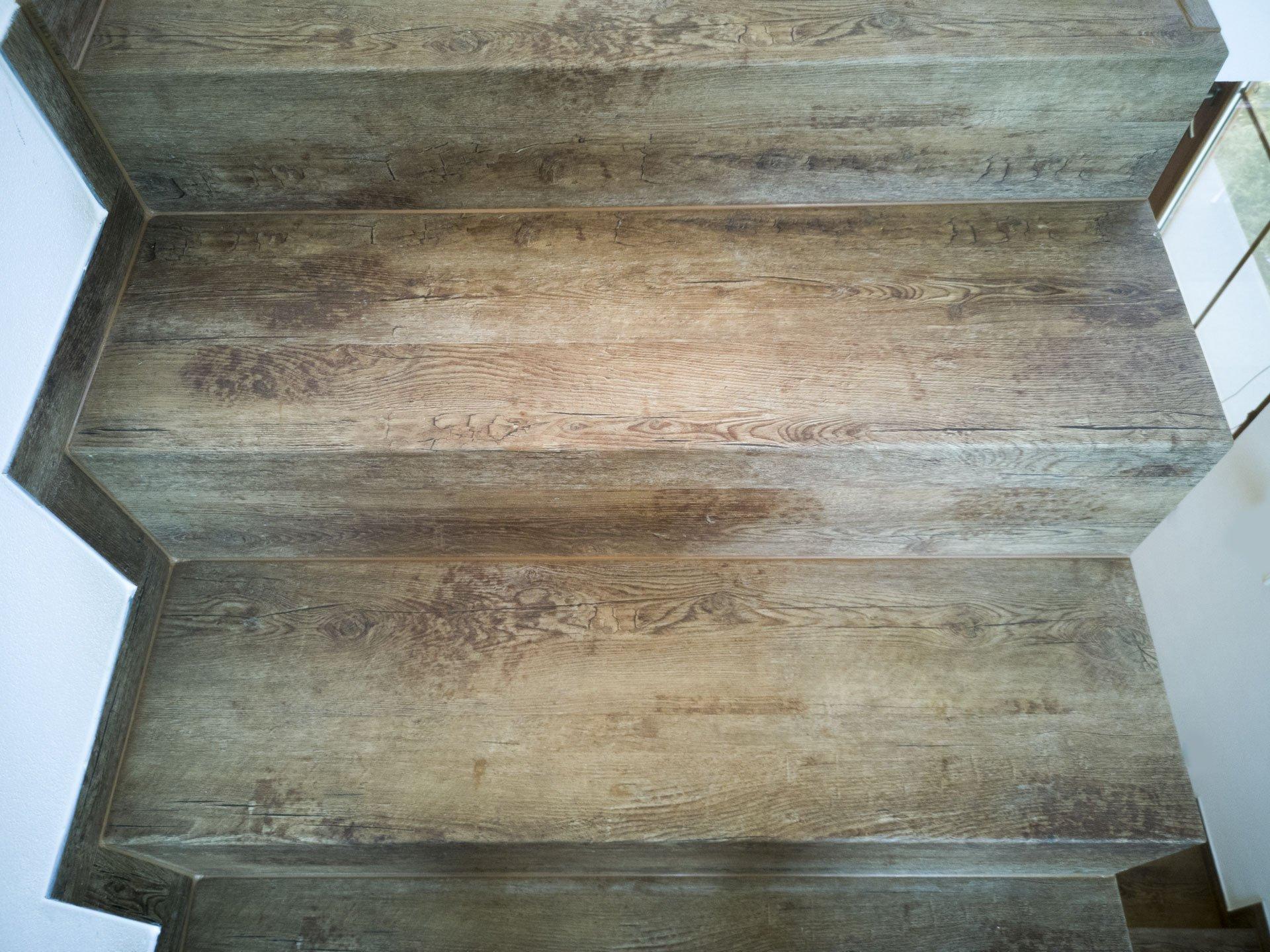 detail schodu s vinylovým obkladem