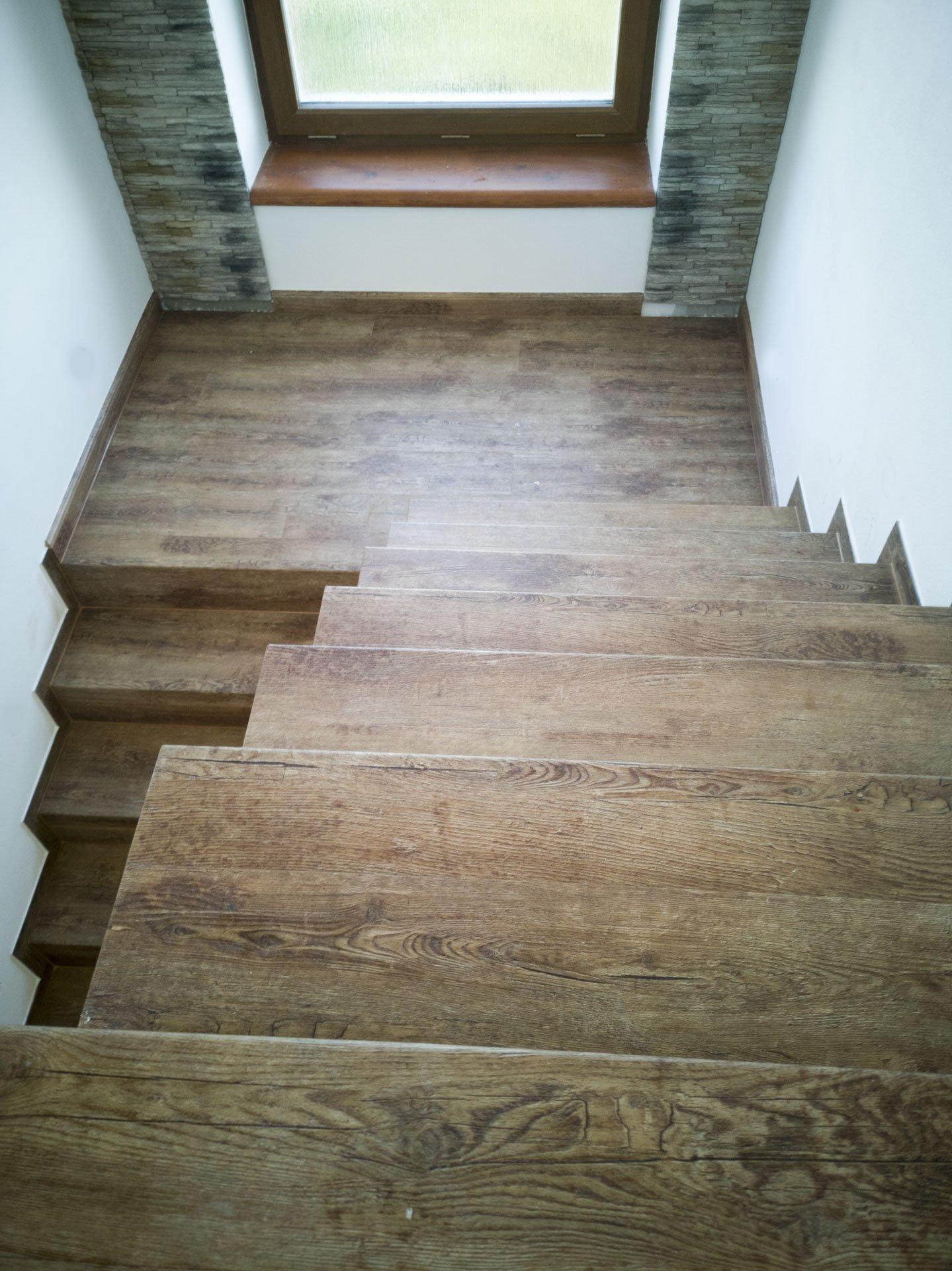 Zrenovované schodiště - povrch je z vinylové podlahy, i když to na první pohled vypadá jako jasné dřevo