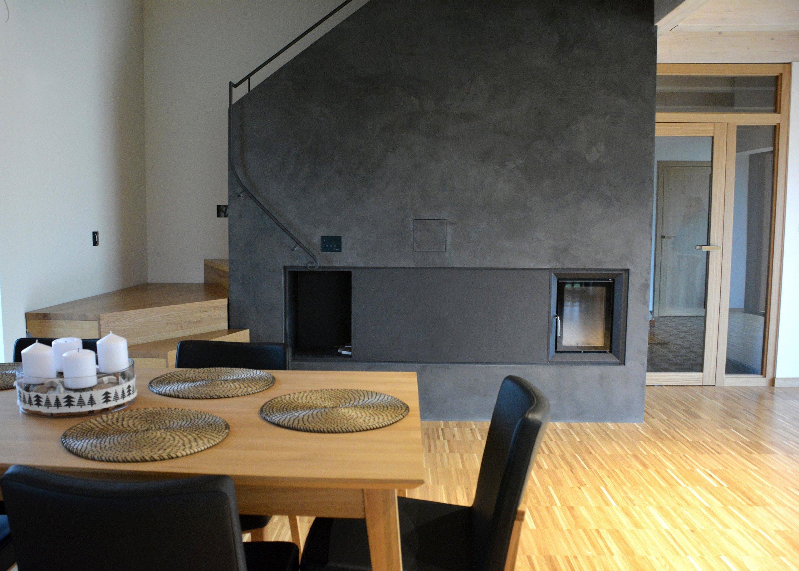 Moderní nadčasový interiér    -Akce: Rodinný dům  -Realizace betonových povrchů a podlahové krytiny: MALDECOR, s.r.o.  -Použité materiály:…