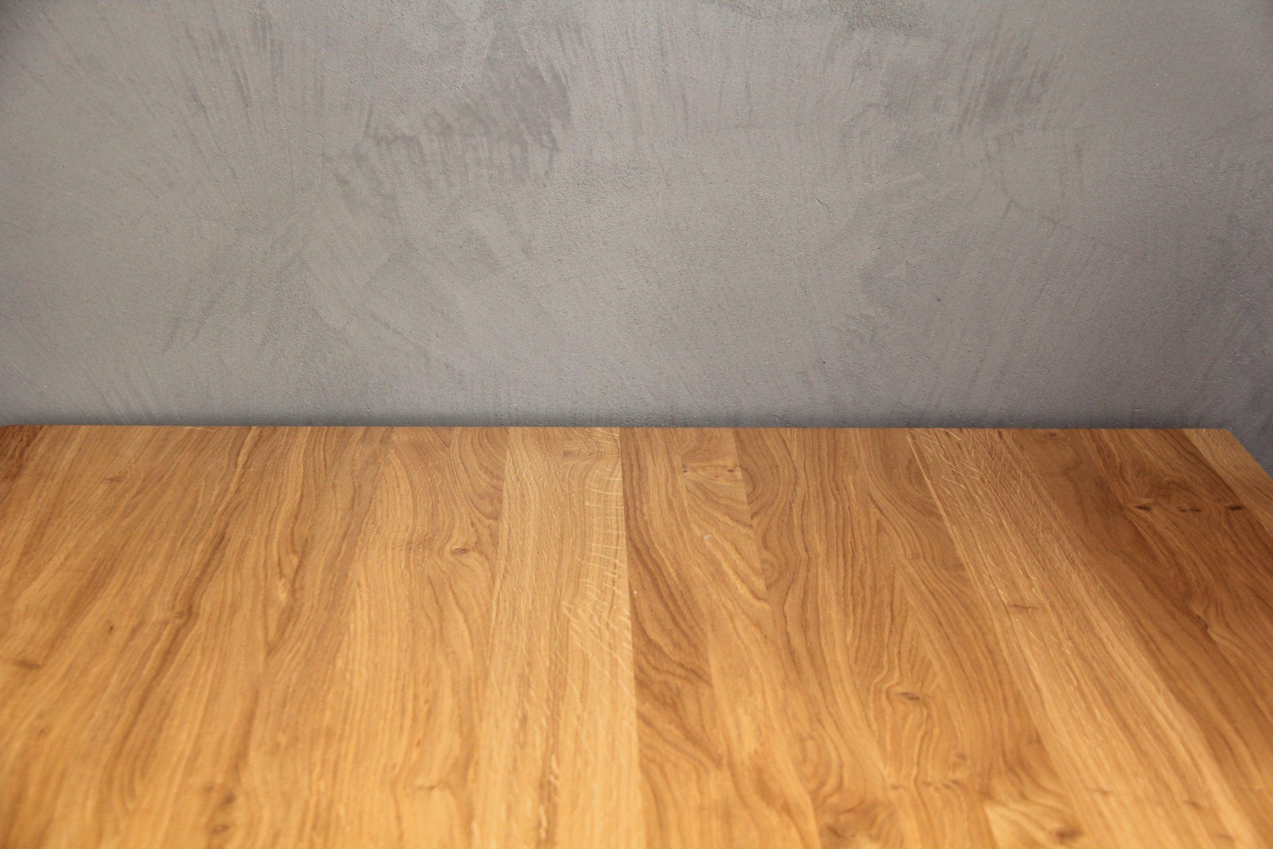 Interiér pro mladý pár v kombinaci dřevo - beton    -Akce: Rodinný dům Liberec  -Realizace betonových povrchů, vinylové krytiny, dveří, schodiště a…