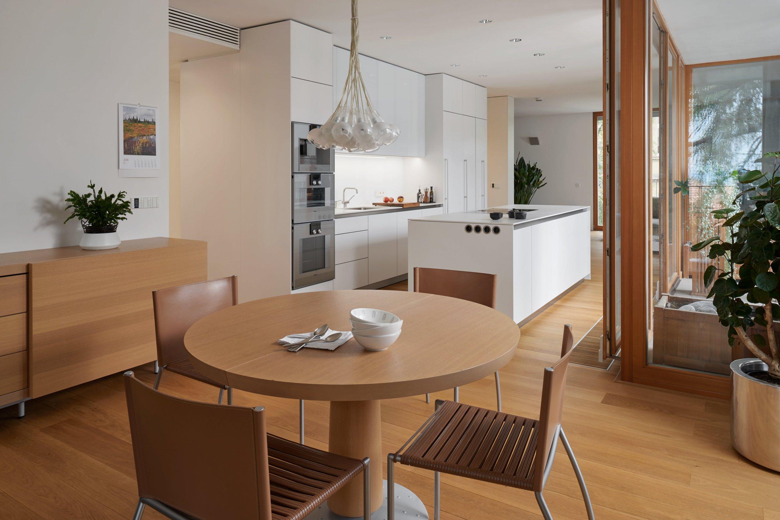 Příjemně velký byt na pražském Smíchově si majitelka přála zařídit především prakticky amoderně. Jeho zajímavým rysem byla lodžie jakoby vtisknutá do…