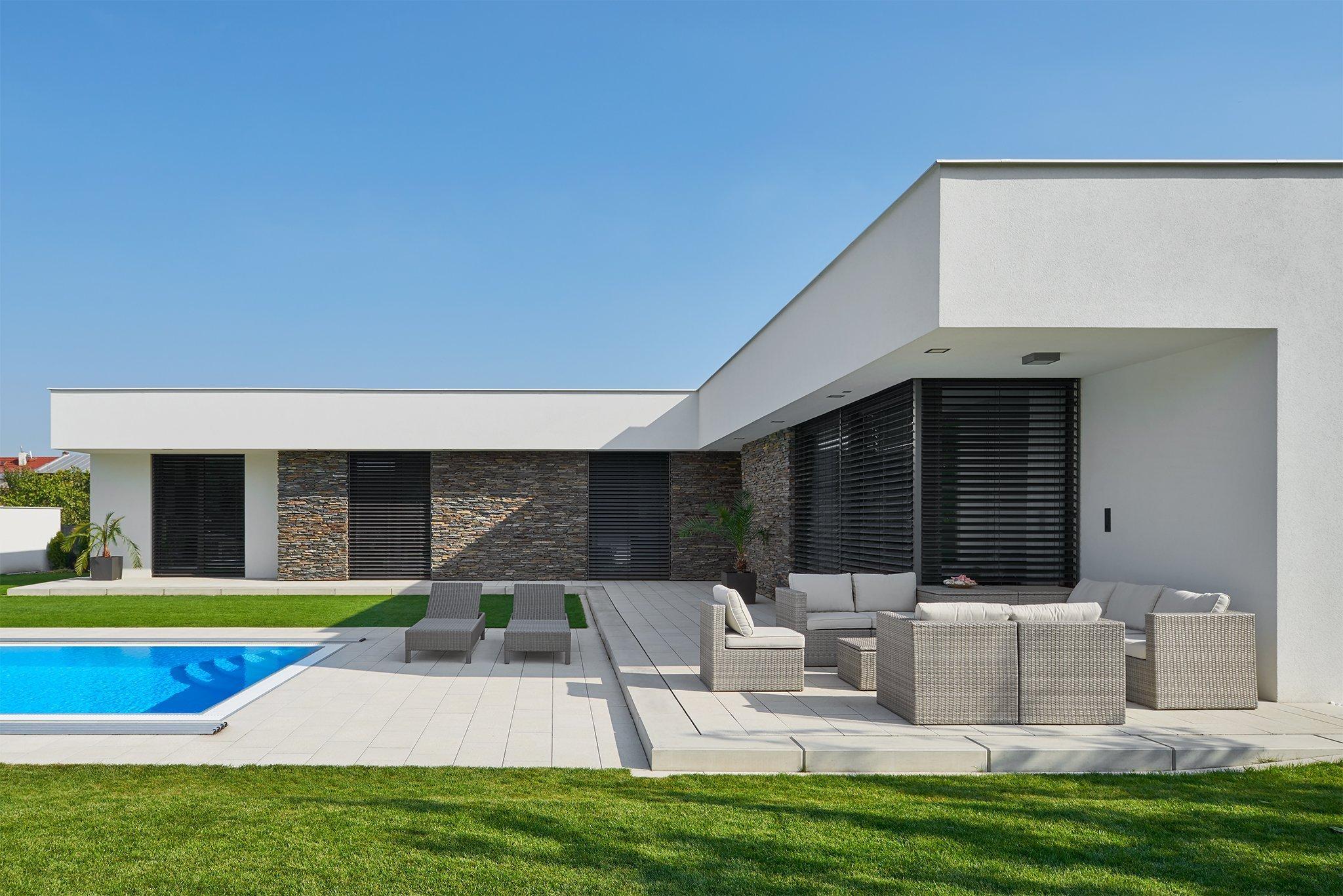 Inspirujte se krásnou realizací našich žaluzií Z-90 na moderním přízemním domě v srdci Moravy. Barva žaluzií a vodících lišt se příjemně doplňuje s obložením z…