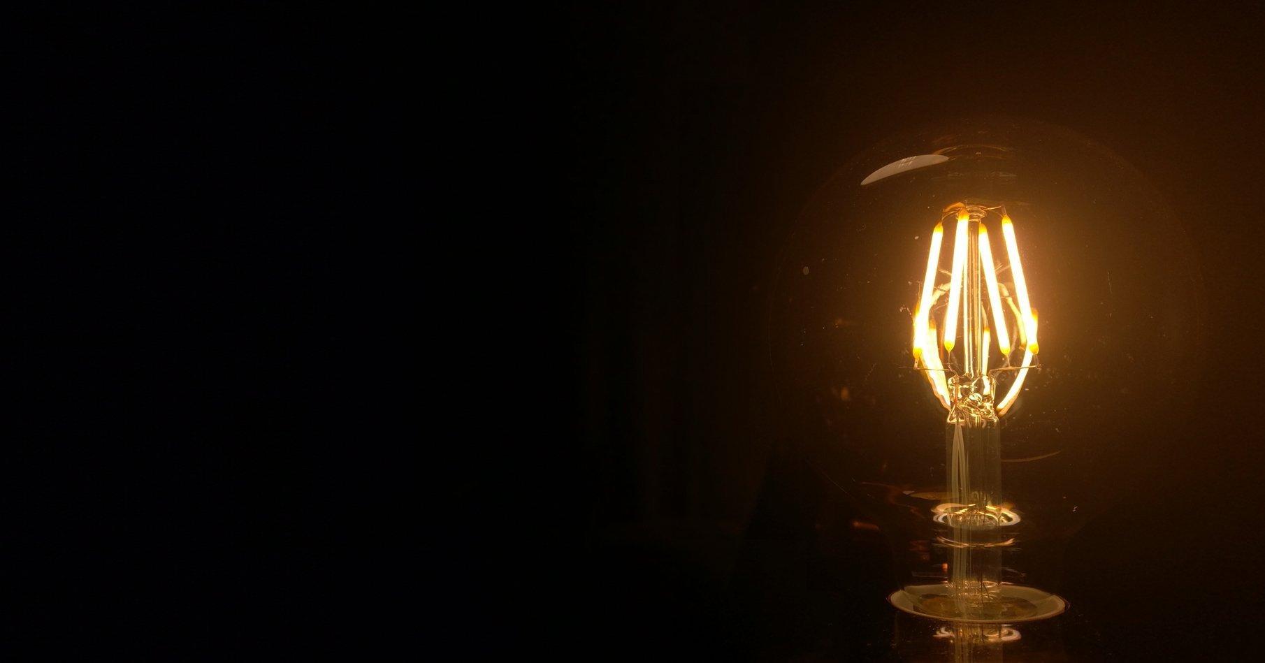 """""""Tmavá ložnice jako doupě pro kvalitní spánek.""""  Kovové tóny s elegantním měděným akcentem, který je podpořen detaily retro žárovkového osvětlení…"""