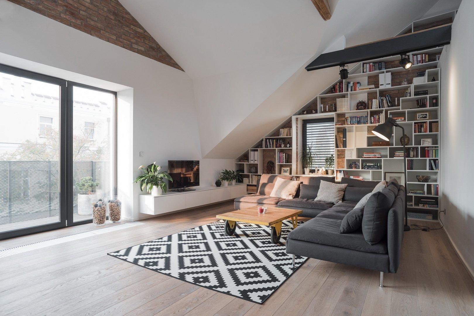 Rekonstrukce dvojdomku je vždy výzvou a vtomto případě,vyhrála varianta zachování původních proporcí domu. Objekt je navržen střemi bytovými…
