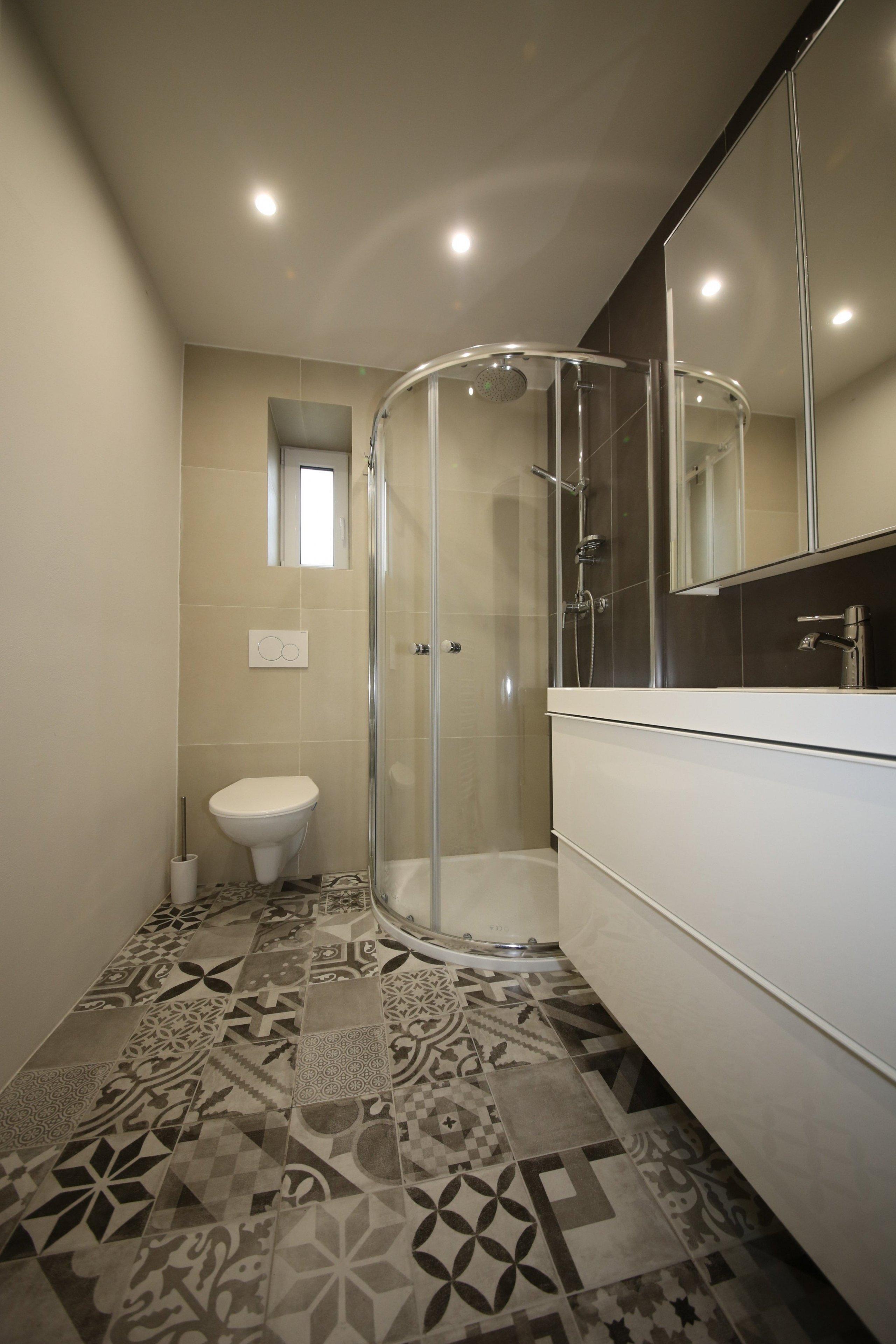 Ani malá koupelna nemusí být nudná. Výrazný dekor na podlaze jí dodává vtip a hravost.