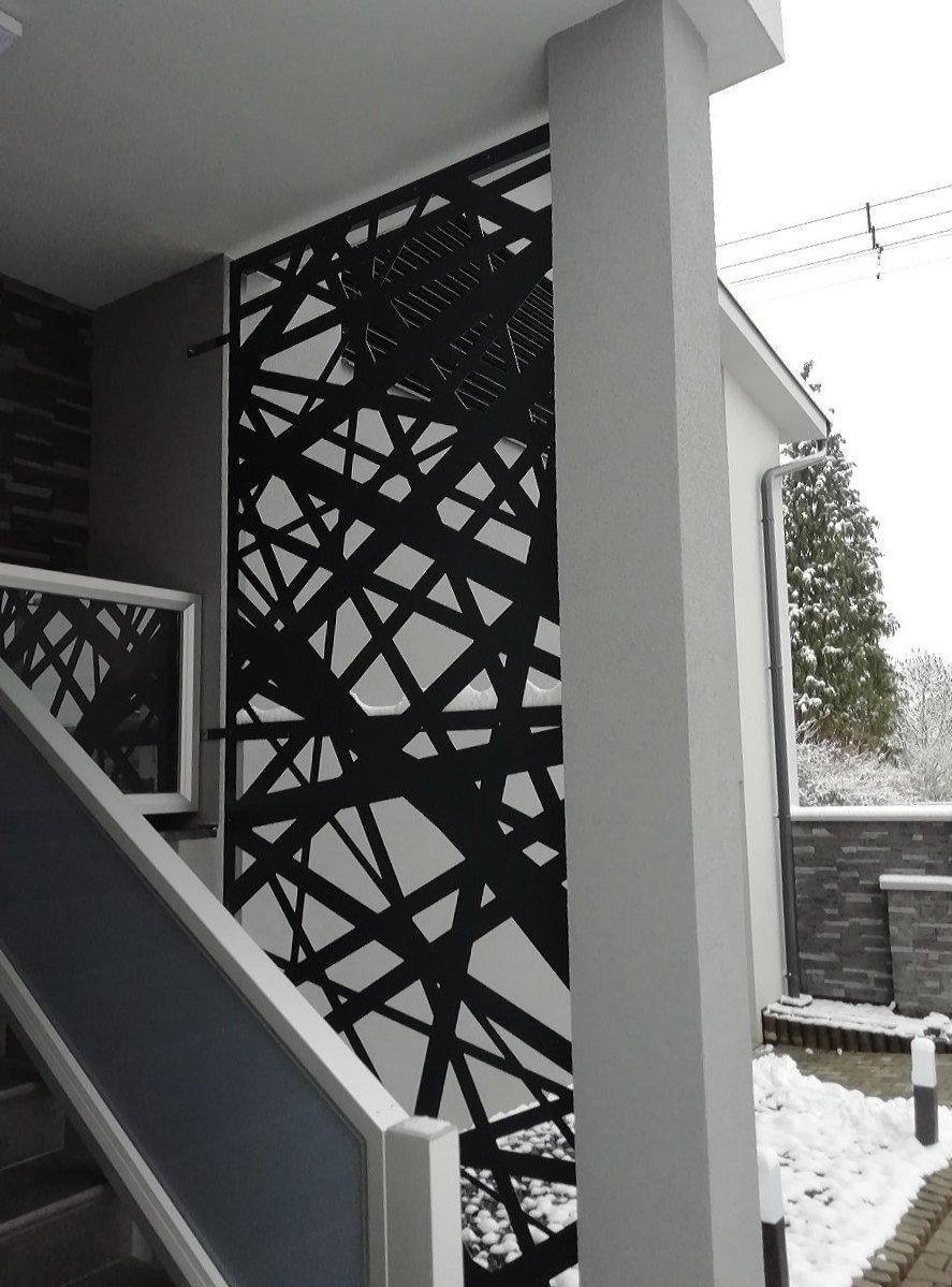 Dodání zástěny k zádveří rodinného domu.  Moderní nadčasový vzhled.