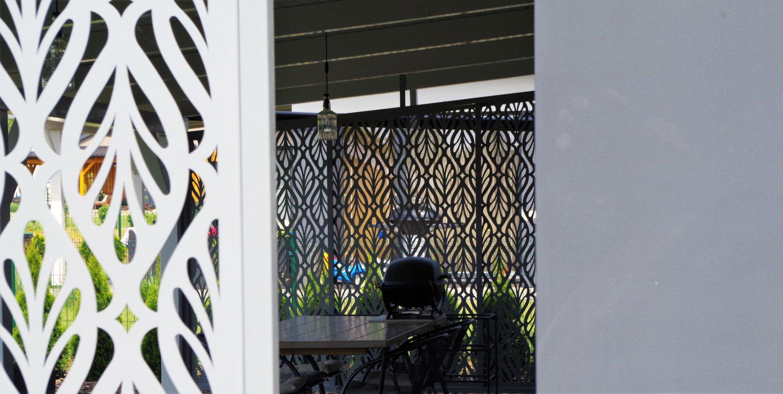 Dodání a montáž designového zastínění pergoly.  Na sloupy pergoly byla namontována zastiňovací zástěna, která vytvořila soukrom