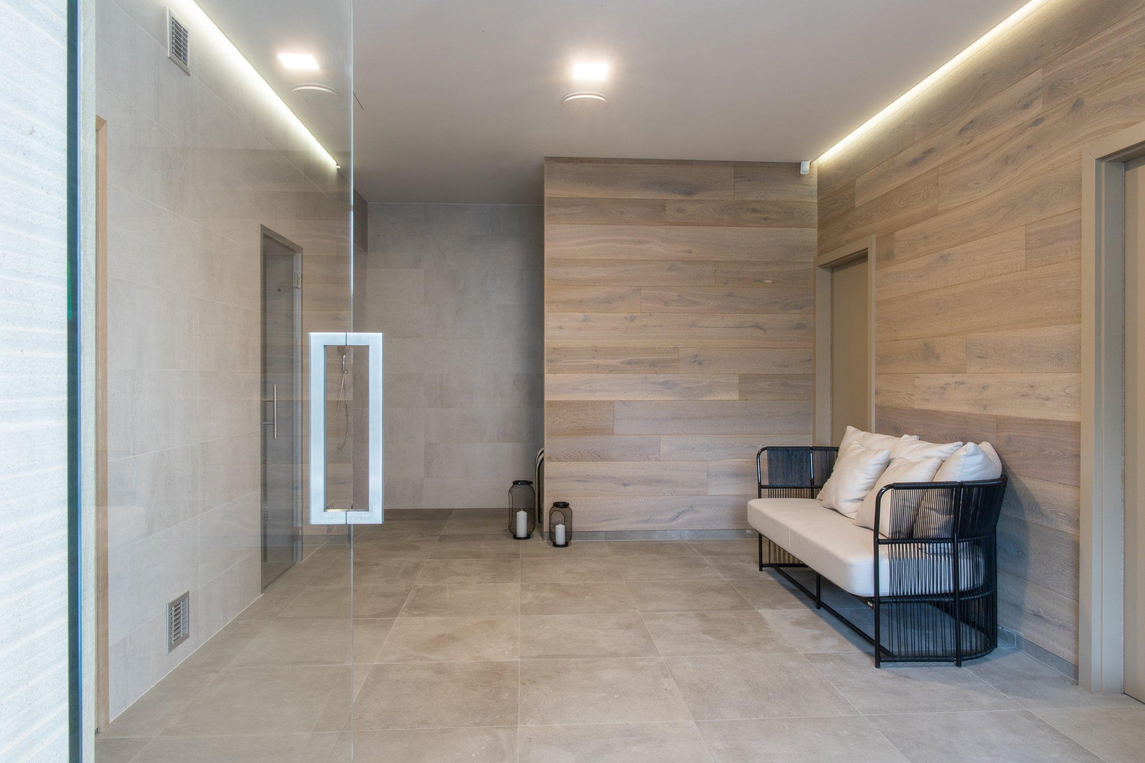 Představme si jednu z posledních realizací. Realizace moderníwellness zóny včetně dodávky obkladů, dlažeb a mozaiek.