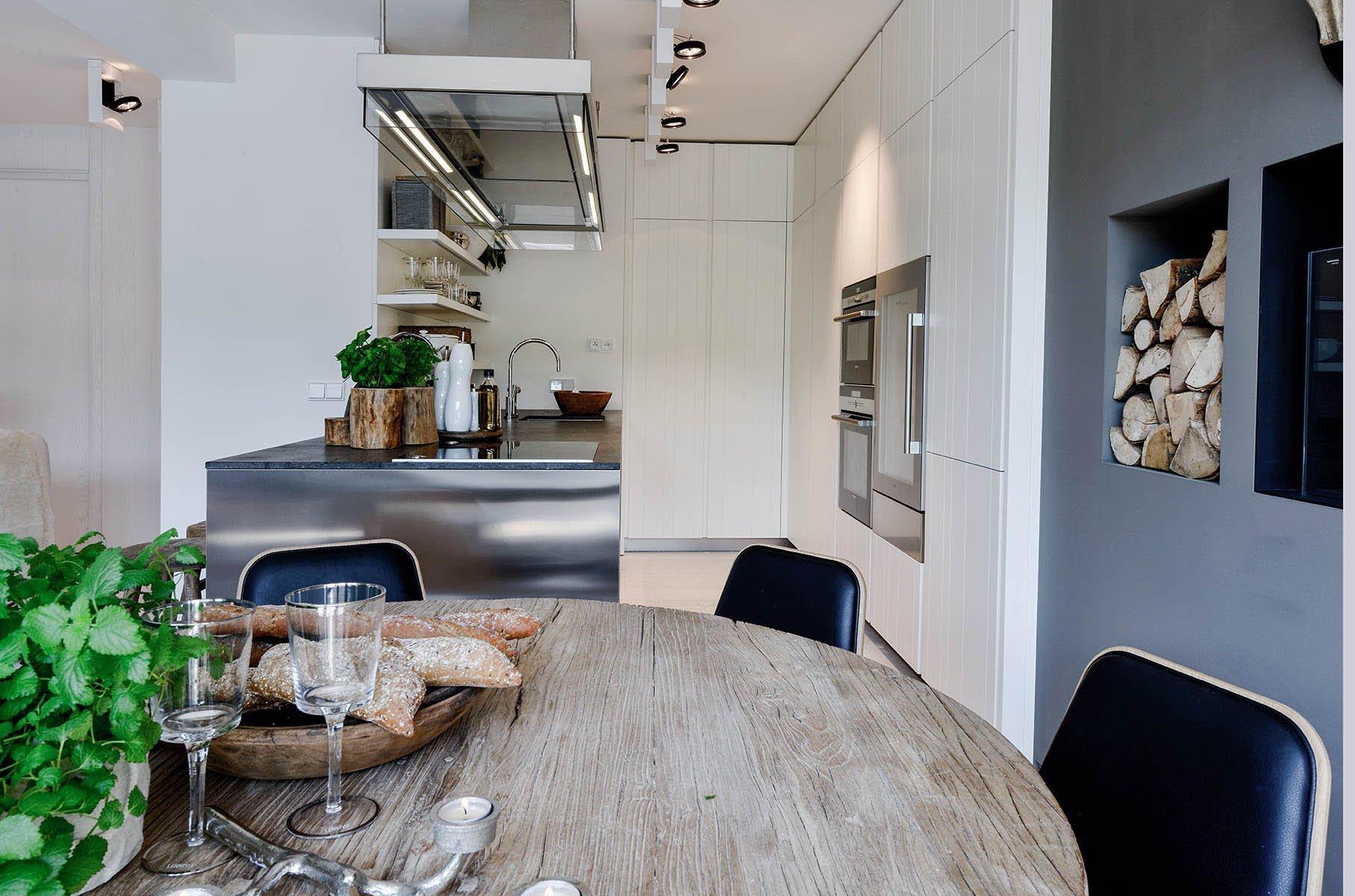 Vyvážený mix rustikálního a moderního stylu. Jednoduchábarevnost interiéru vbílošedých tónech spoužitím surového, přírodního dřeva v&nbsp…