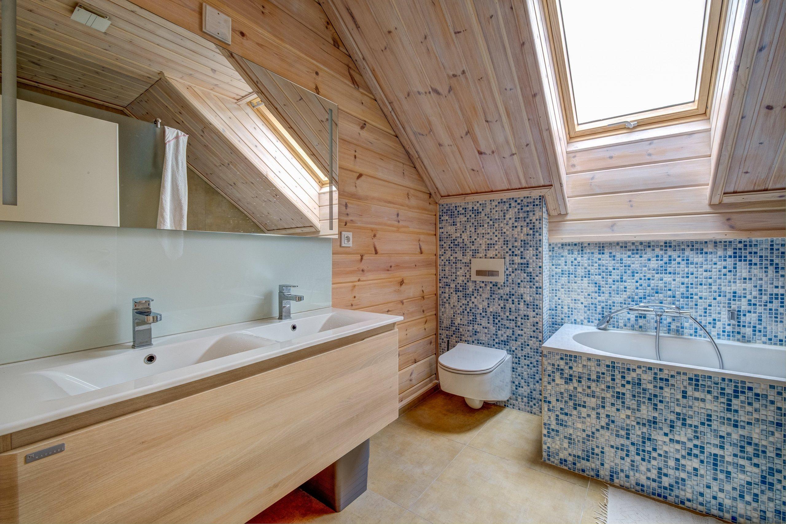 Prostorný dům v šumavské stráni postavený z masivních hranolů finské, polární borovice.