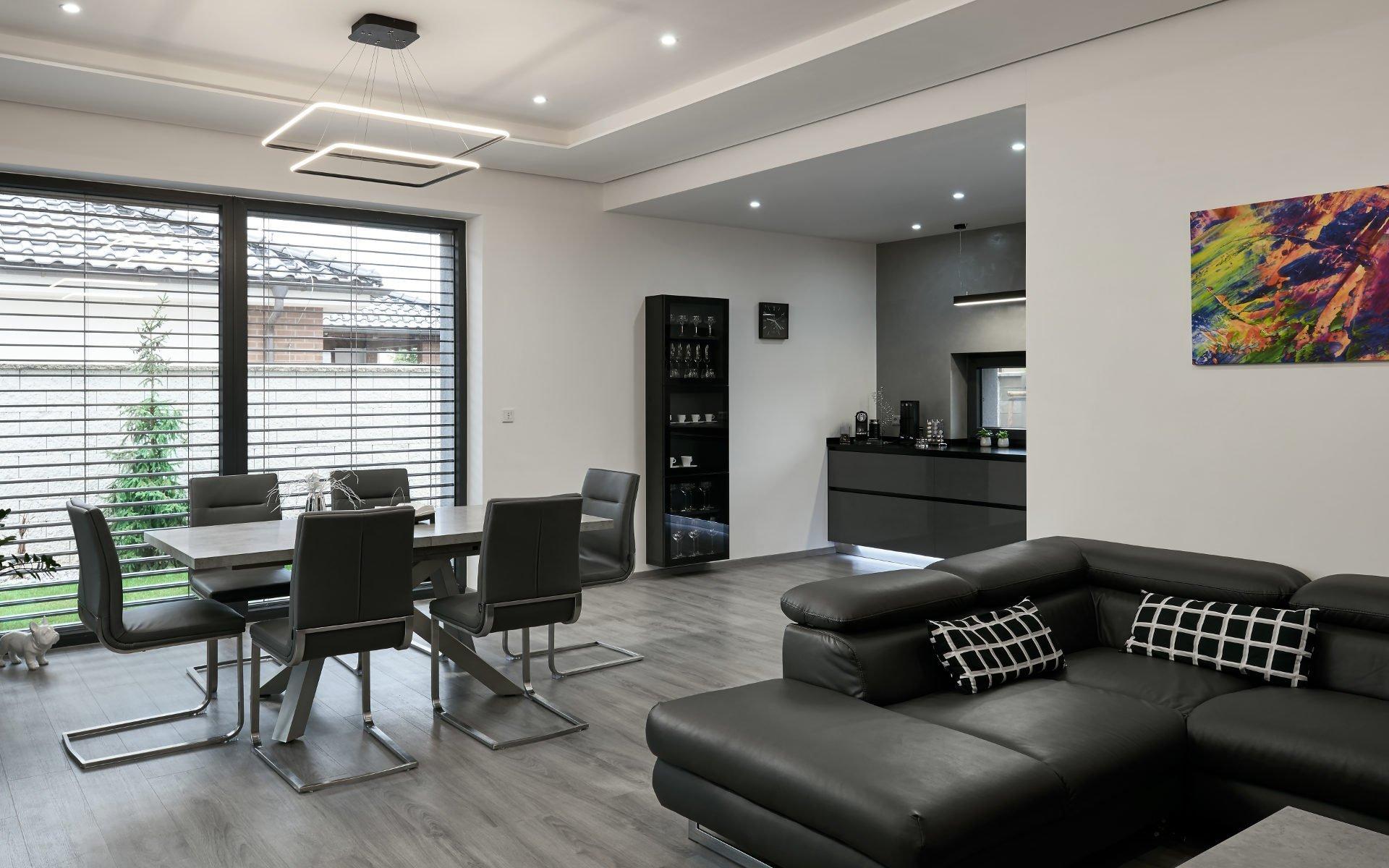 Osobitý interiér, kterému vládnou barvy šedi. Šedé odstíny zde převládají nejen na nábytku, ale i na výmalbě nebo podlahách.