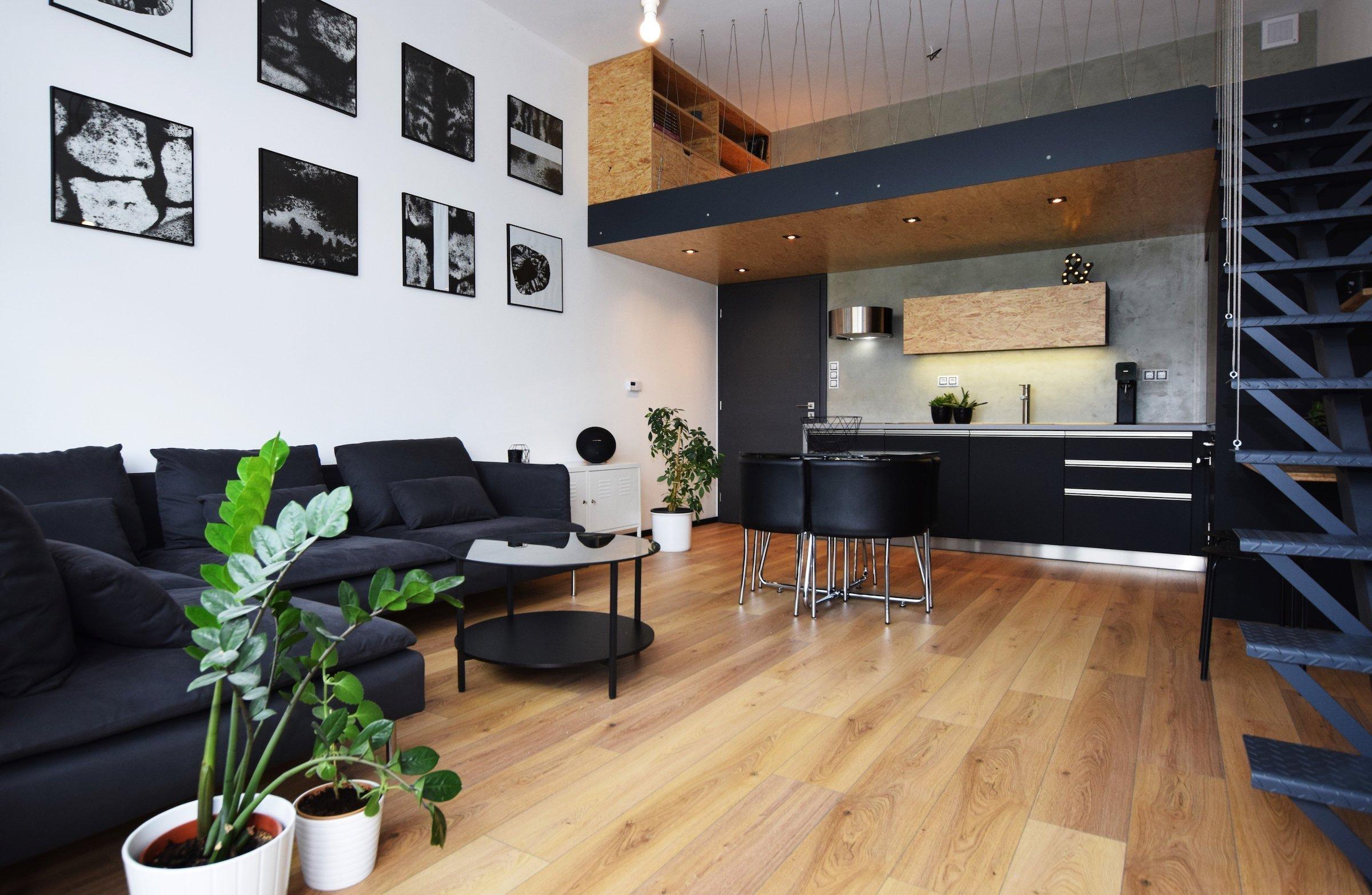 Realizace hlavního obývacího prostoru, kde nám výšku stropu 3,5m umožnila vložení spacího patra. Atypické prostory prostě miluju a oceňuju odhodlání majitelky…