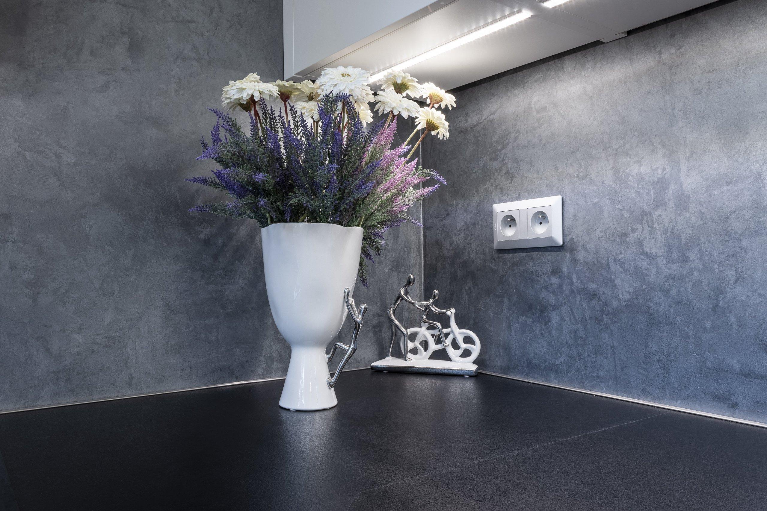 Navržený konceptcelého bytuvychází z přání klientky Katky. Preferuje jednoduchost, moderní styl, luxusní materiálya šedé odstíny. Kontrastní…