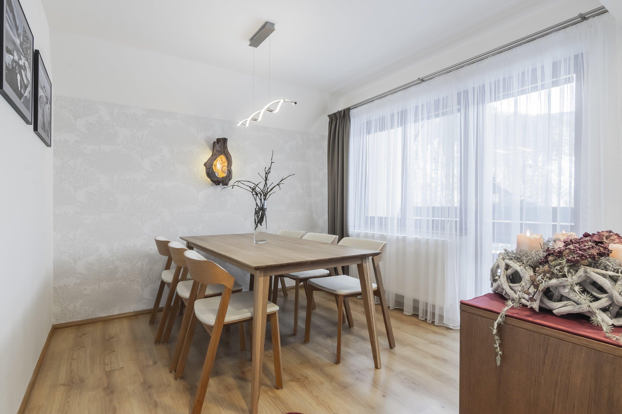 Klienti rodinného domu v Krkonoších si přáli vyřešit nové dispoziční uspořádání kuchyňské linky, jídelního koutu s použitím kvalitních a přírodních materiálů.…