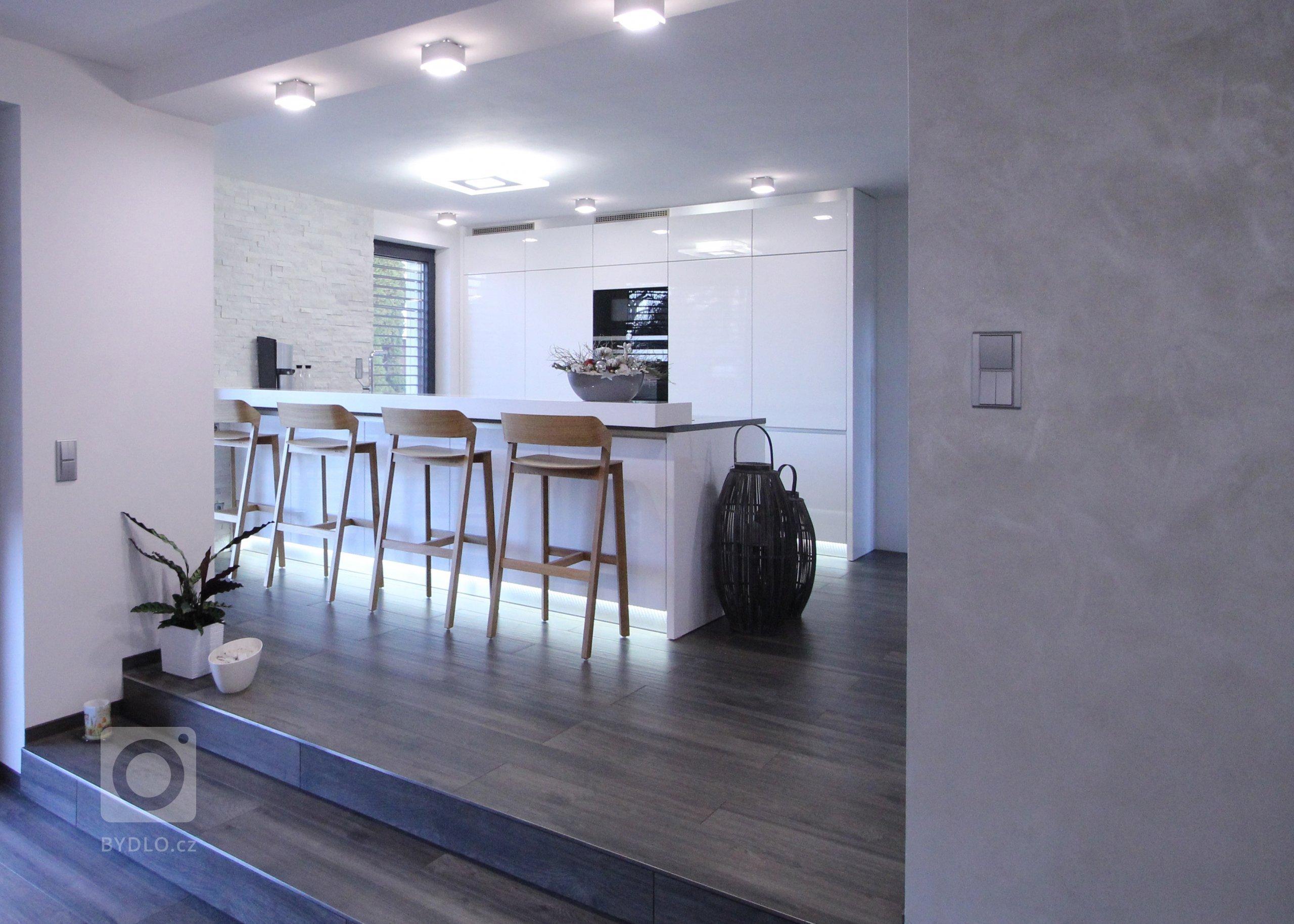 Prostor kuchyně  je volně propojen s obývacím pokojem. Prostor je příjemně rozdělen změnou světlé výšky.