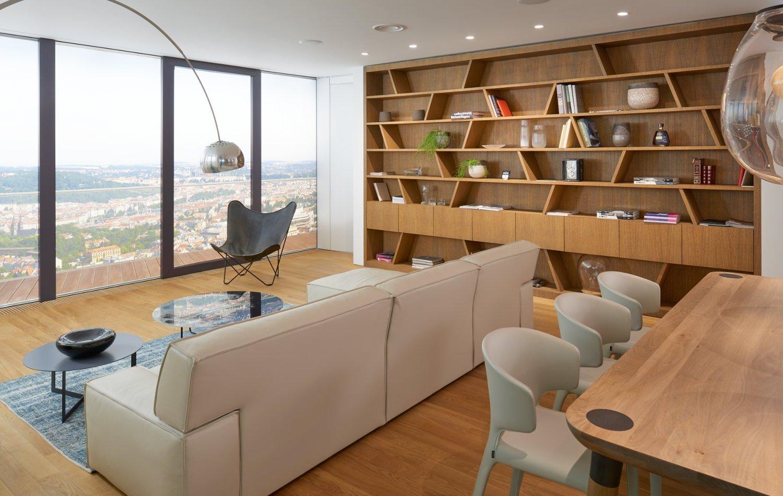 Známý mrakodrap V Tower na Pankrácké pláni s řadou luxusních bytů s úžasným výhledem a mnohé z nich jsou vybaveny našimi výrobky.  Jsme tady s ukázkou…