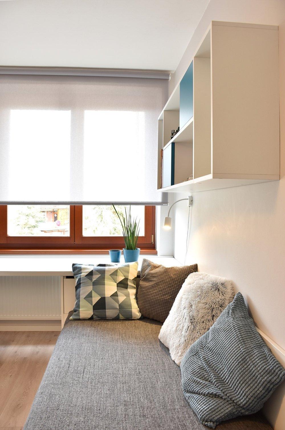 Vtomto projektu jsem nejprve bojovala smístem, protože celý byt, který se nachází v2.NP rodinného domu, je velmi malý a obývá ho čtyřčlenná…