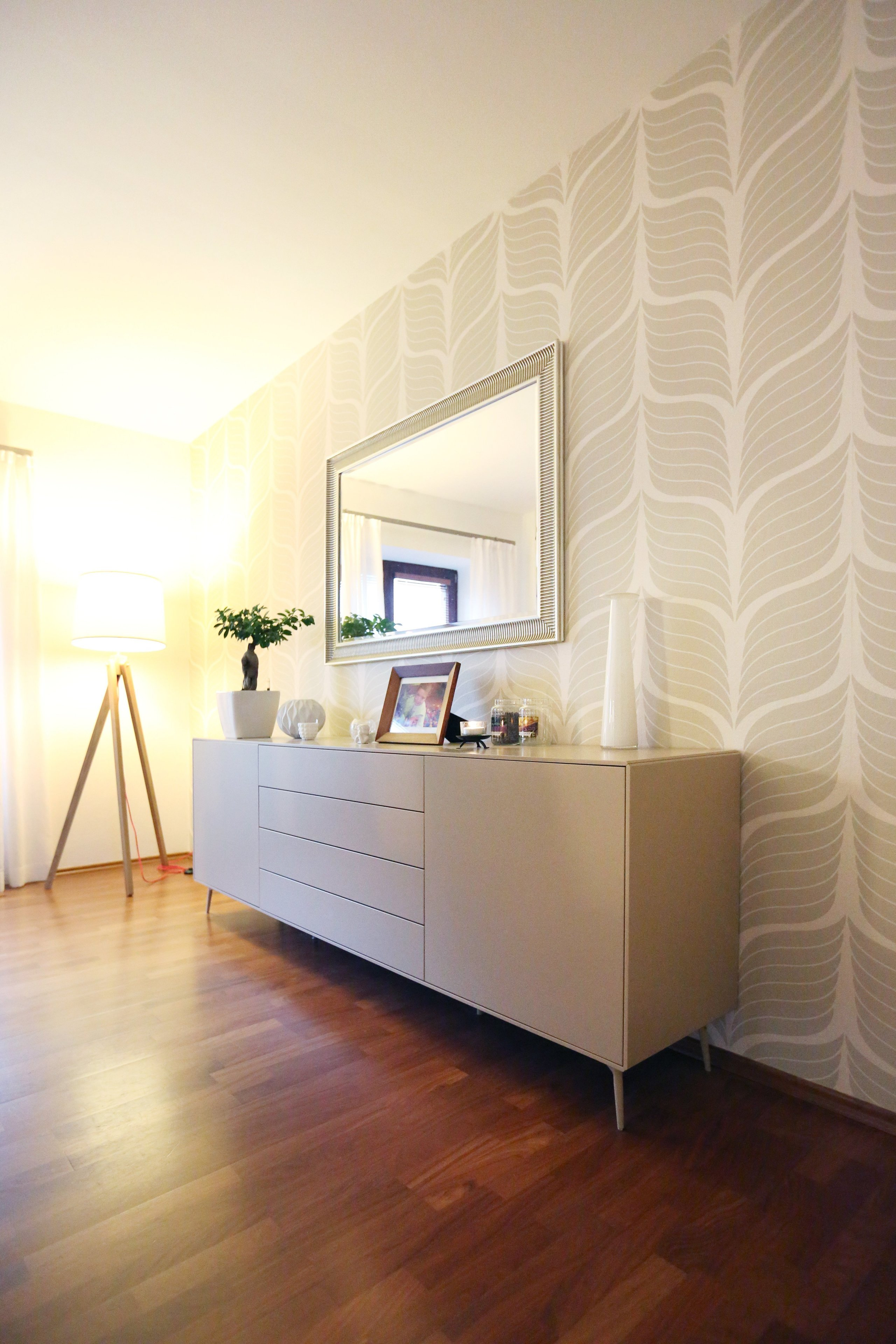 Renovace obývacího pokoje s jídelnou v rodinném domě ve středočeském kraji. Ta zahrnovala výrobu nábytku na míru z lakované MDF, dekorování stěn tapetami a…