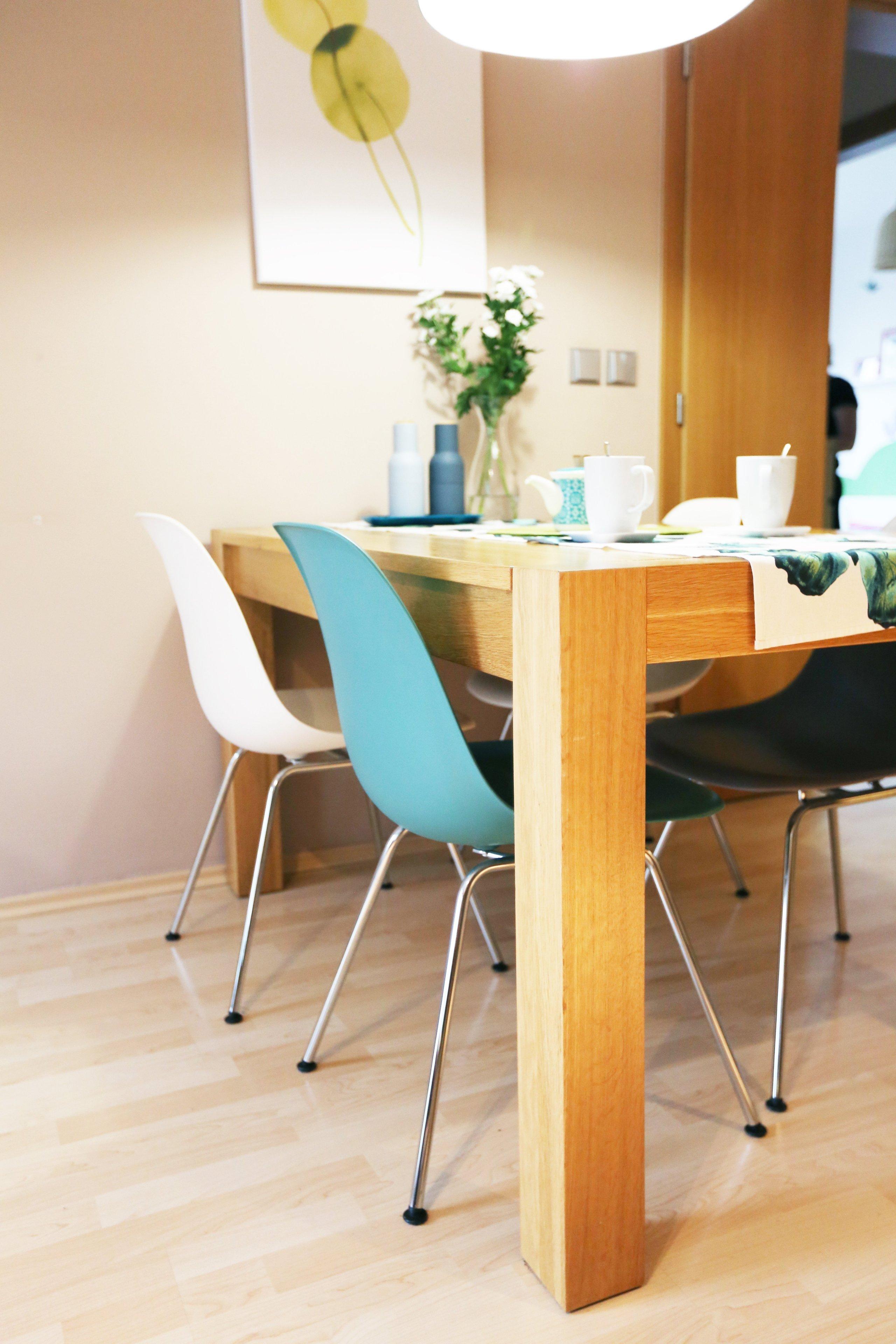 Návrh a realizace obývacího pokoje s velkou knihovnou a pracovním koutem. Knihovna na míru je vyrobena z dubové dýhy, jídelní stůl z masivního dubu, ostatní…