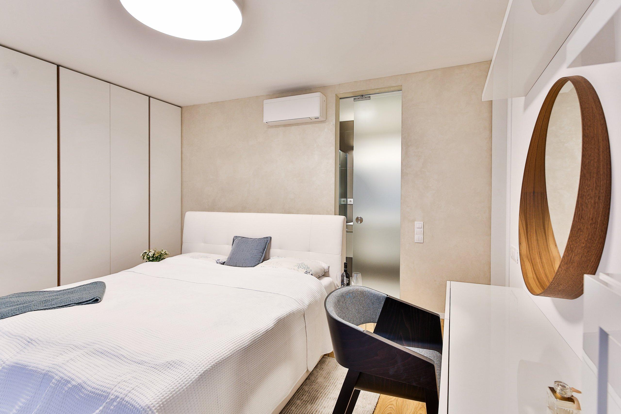 Spálňa s toaletným kútikom