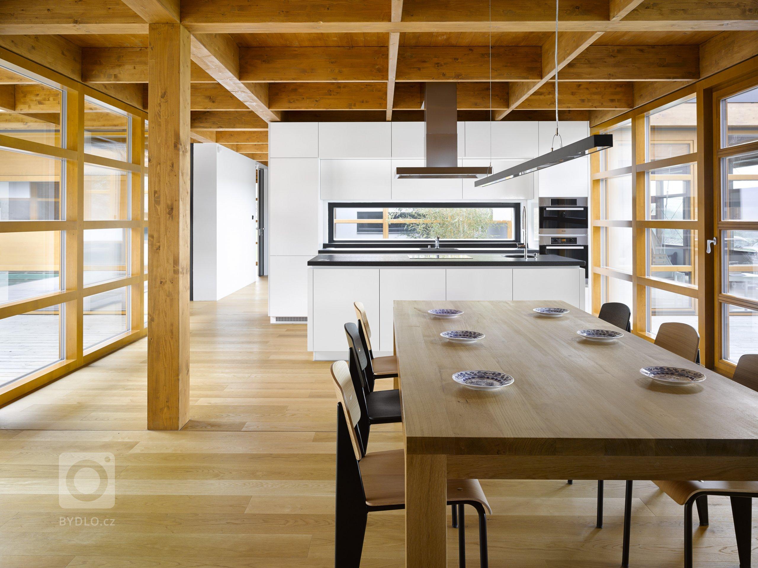 Dřevostavba jednopodlažního rodinného domu umístěného do mírně svažitého pozemku v Tehově u Prahy. Hlavním prvkem domu tvoří centrální vodní plocha osazena…