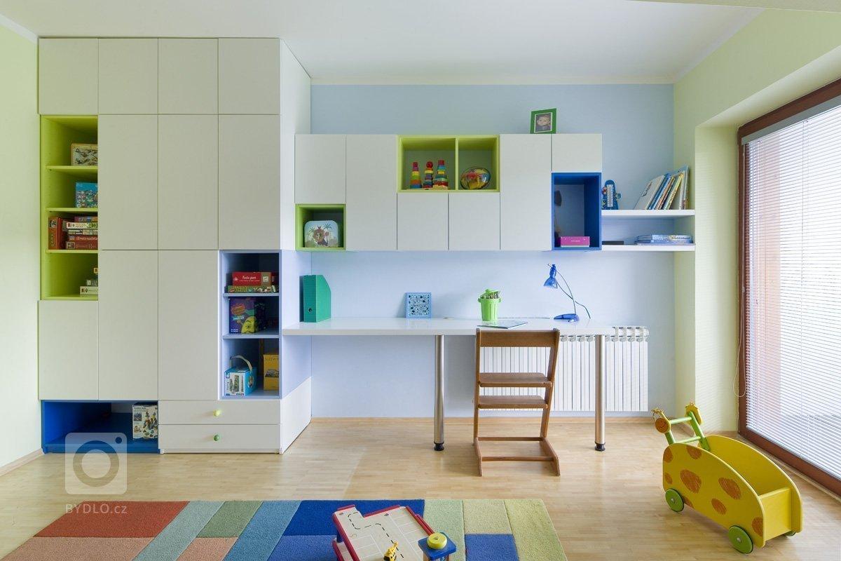 Tyto dva pokojíčky vznikly na žádost rodičů, kdy kluci pomalu rostou a potřebují víc prostoru než jeden pokoj pro tři. Naštěstí byl v domě ještě jeden volný…