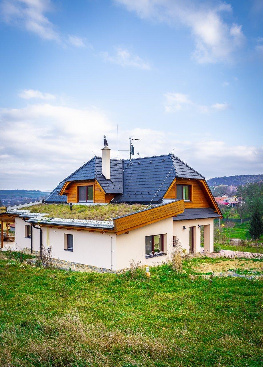 Ukončená realizace novostavby rodinného domu vnádherném prostředí otevřené krajiny nedaleko Koryčan.  V interiéru jsou postaveny kachlové kamna, ve…