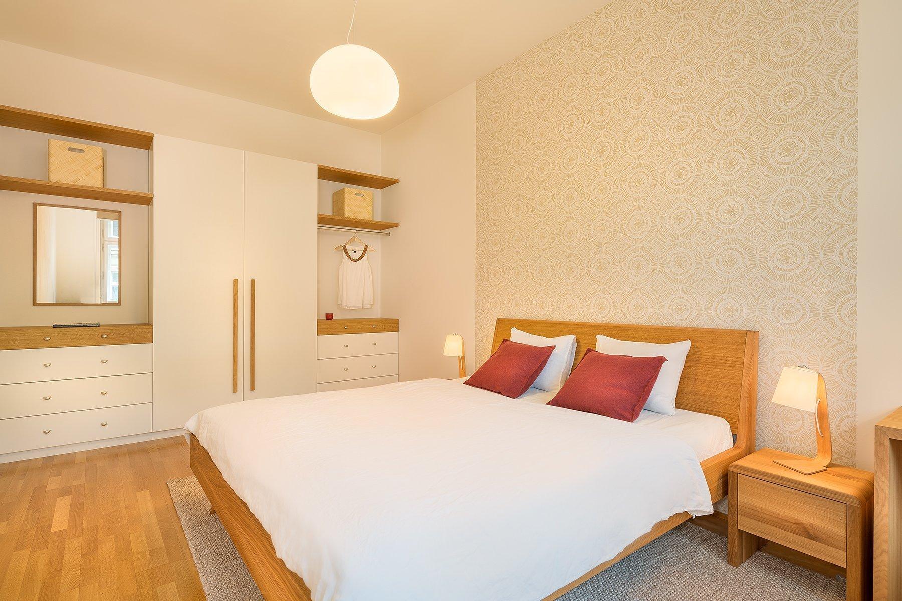 Třípokojový byt v Praze na Vinohradech. Vesele laděný obývací pokoj pro rodinu s využitím přírodních materiálů, kontrastních barev, uměleckých děl a masivních…