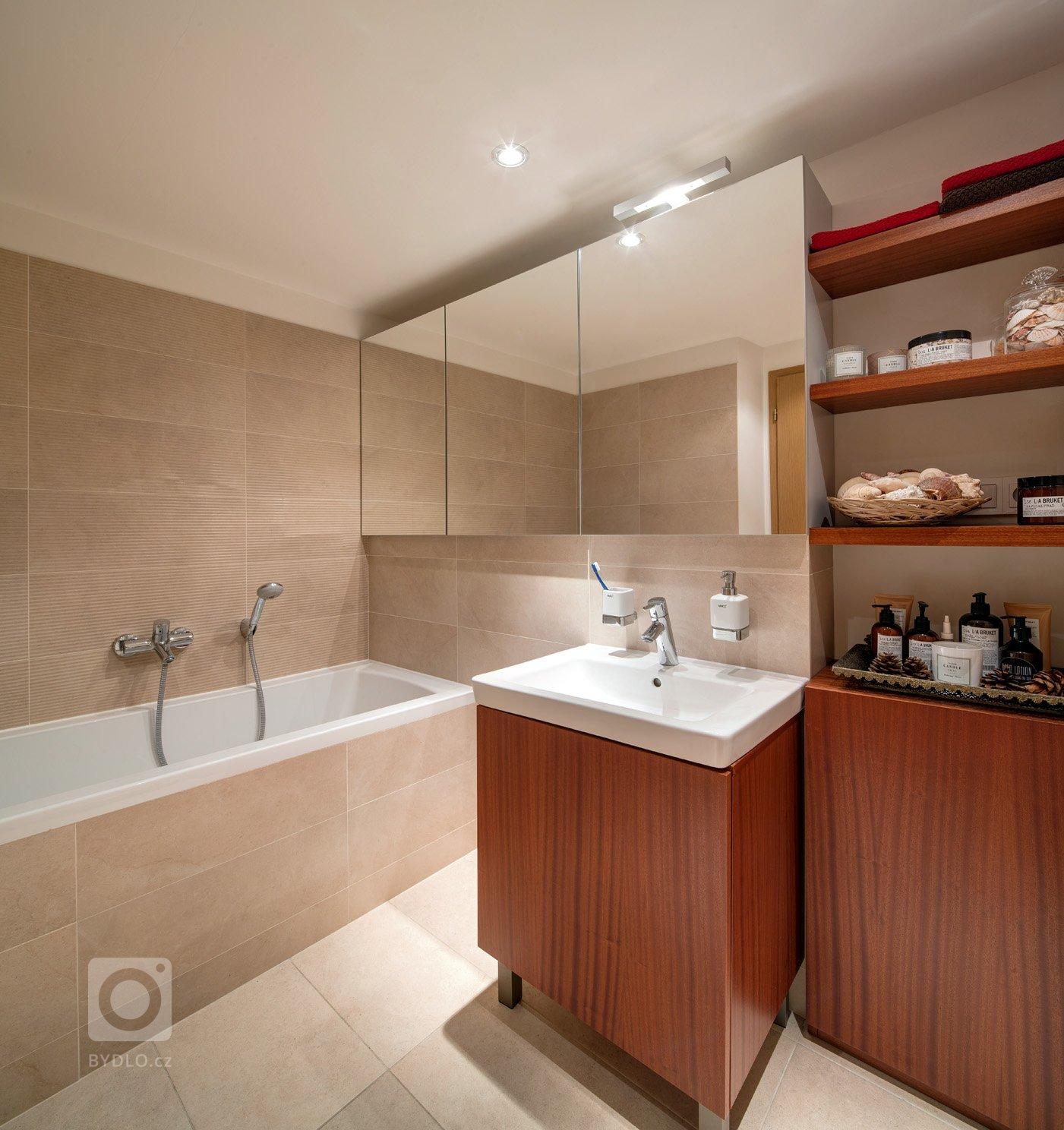 Tento krásný světlý byt, který se nachází v posledním patře činžovního domu na Vinohradech, je dispozičně rozdělen do dvou úrovní. Spodní část, kde…