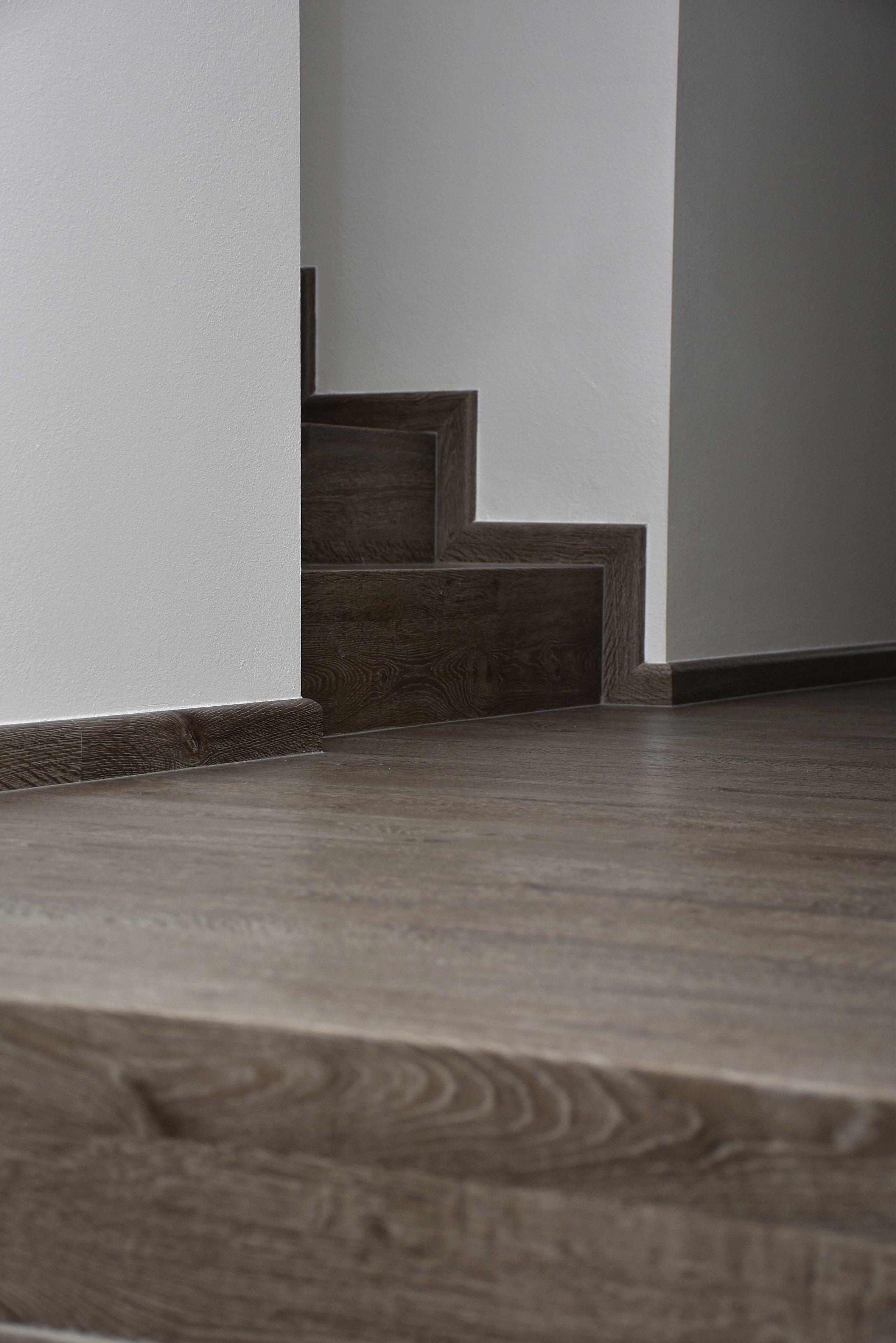 Další ukázka práce podlahářu z Bukoma group. Podlahová plocha v téměř celém domě stejně jako schodiště je pokryto celovinylovou podlahou BUKOMA PREMIUM CLICK s…