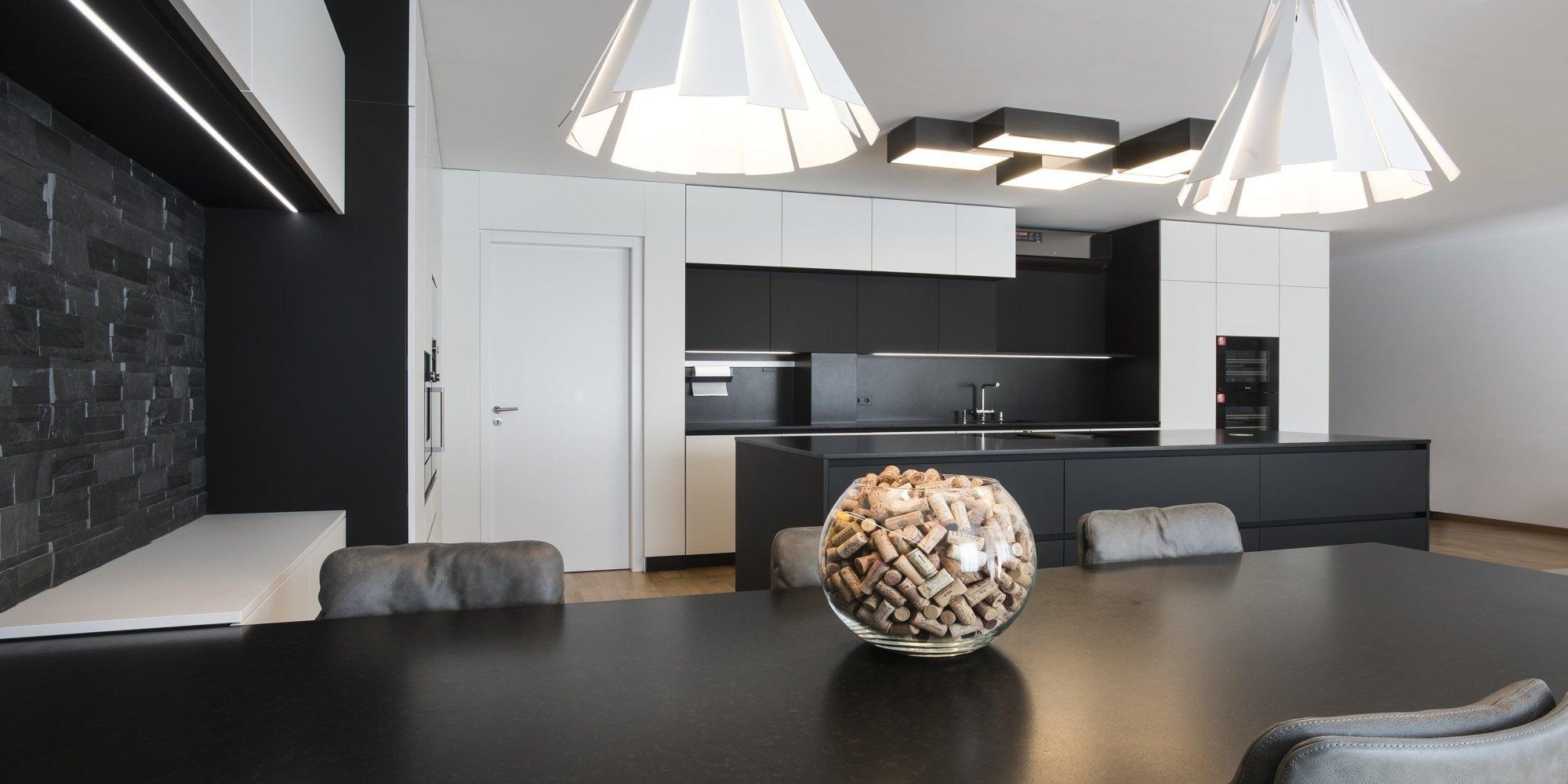 Kuchyň EGGERSMANN, byt, realizace 2018. Provedení Paso – Nano povrch, pracovní deska žula Nero Assoluto. Kuchyň je vybavena spotřebiči Gaggenau a Miele.