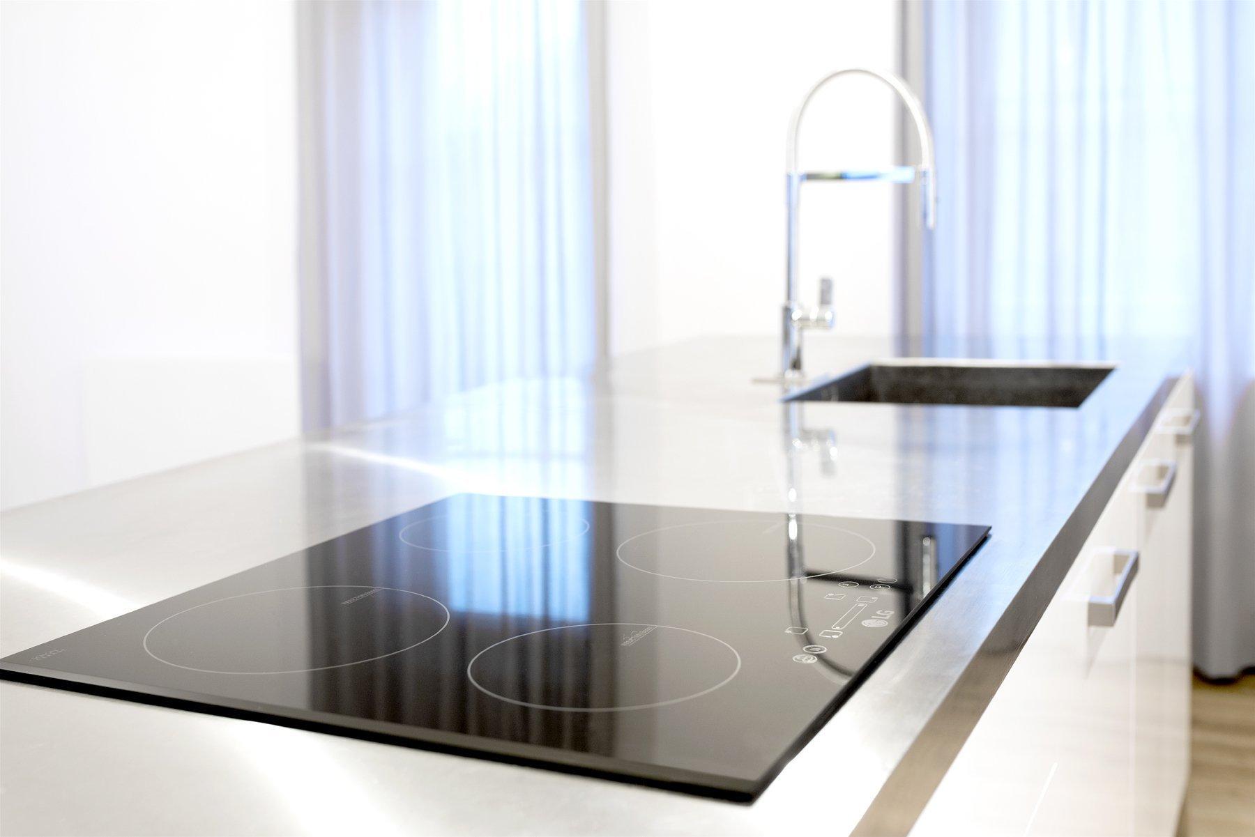 Sofistikovaný moderní vzhled kuchyně hraje hlavní roli vobytném prostoru zrekonstruovaného podkrovního bytu. Kuchyně je se zbytkem pokoje, který slouží…