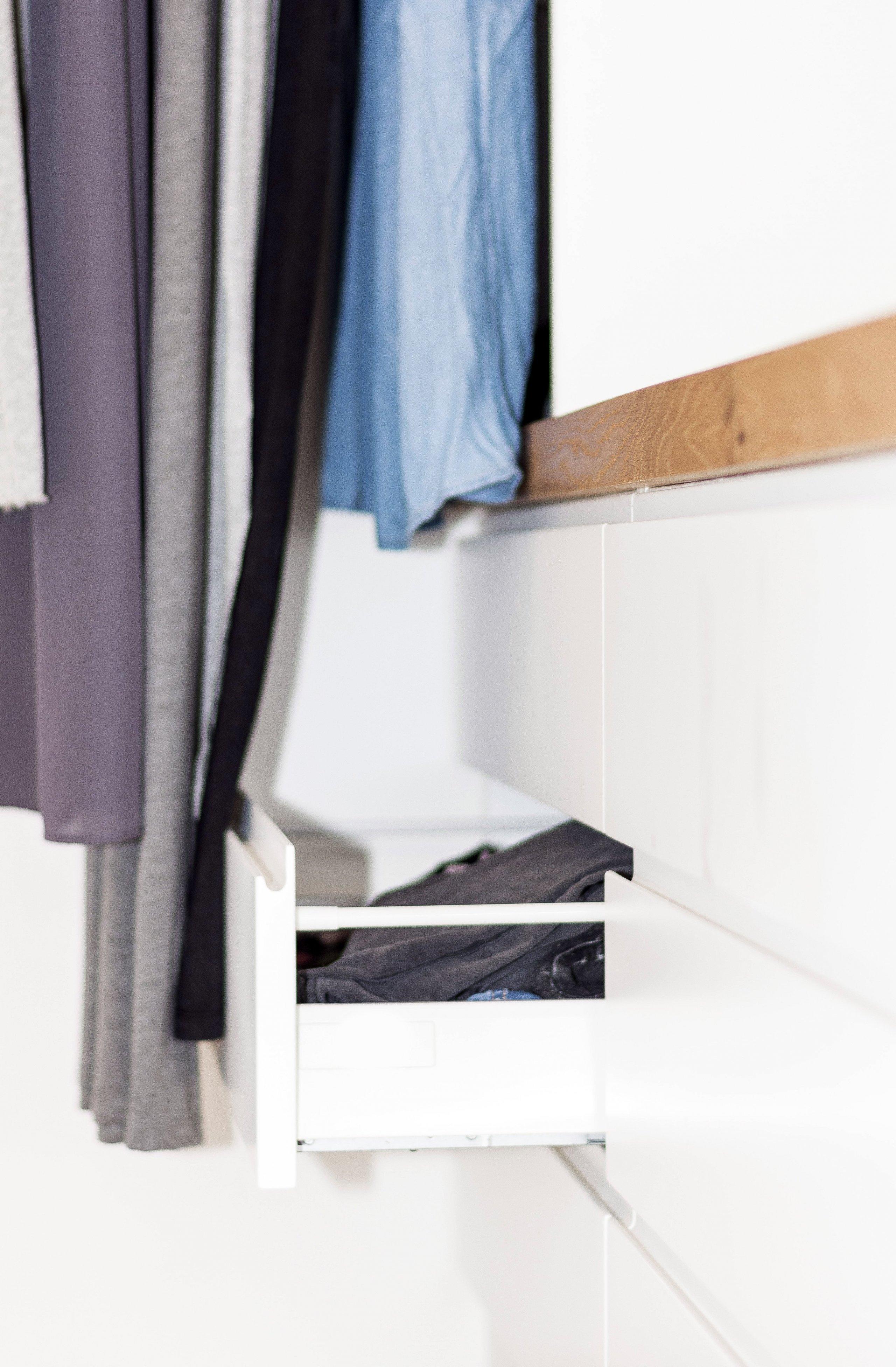 Šatna vpodkrovním bytě se nachází mezi dvěma ložnicemi, které propojuje. Světlý pokoj poskytuje mnoho místa na ukládání oblečení a doplňků. Důraz při…