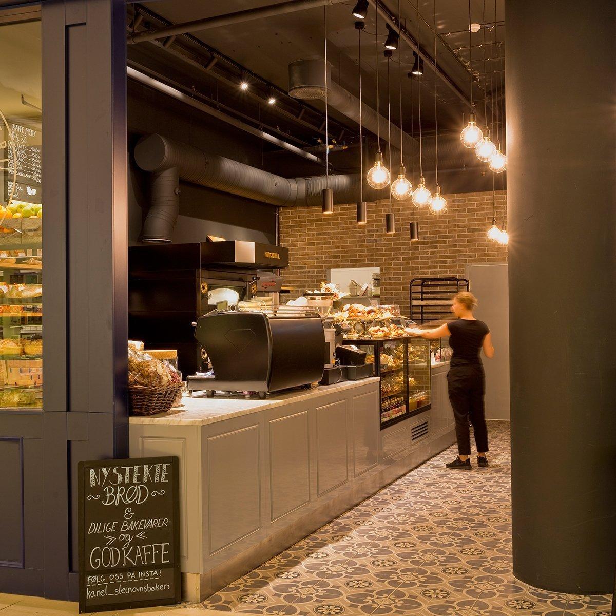 Kavárna Kanel se nachází v nákupním centru, od něhož ji odděluje na míru vyráběná tmavě modrá stěna s okny imitující klasickou venkovní fasádu. Bistro je…